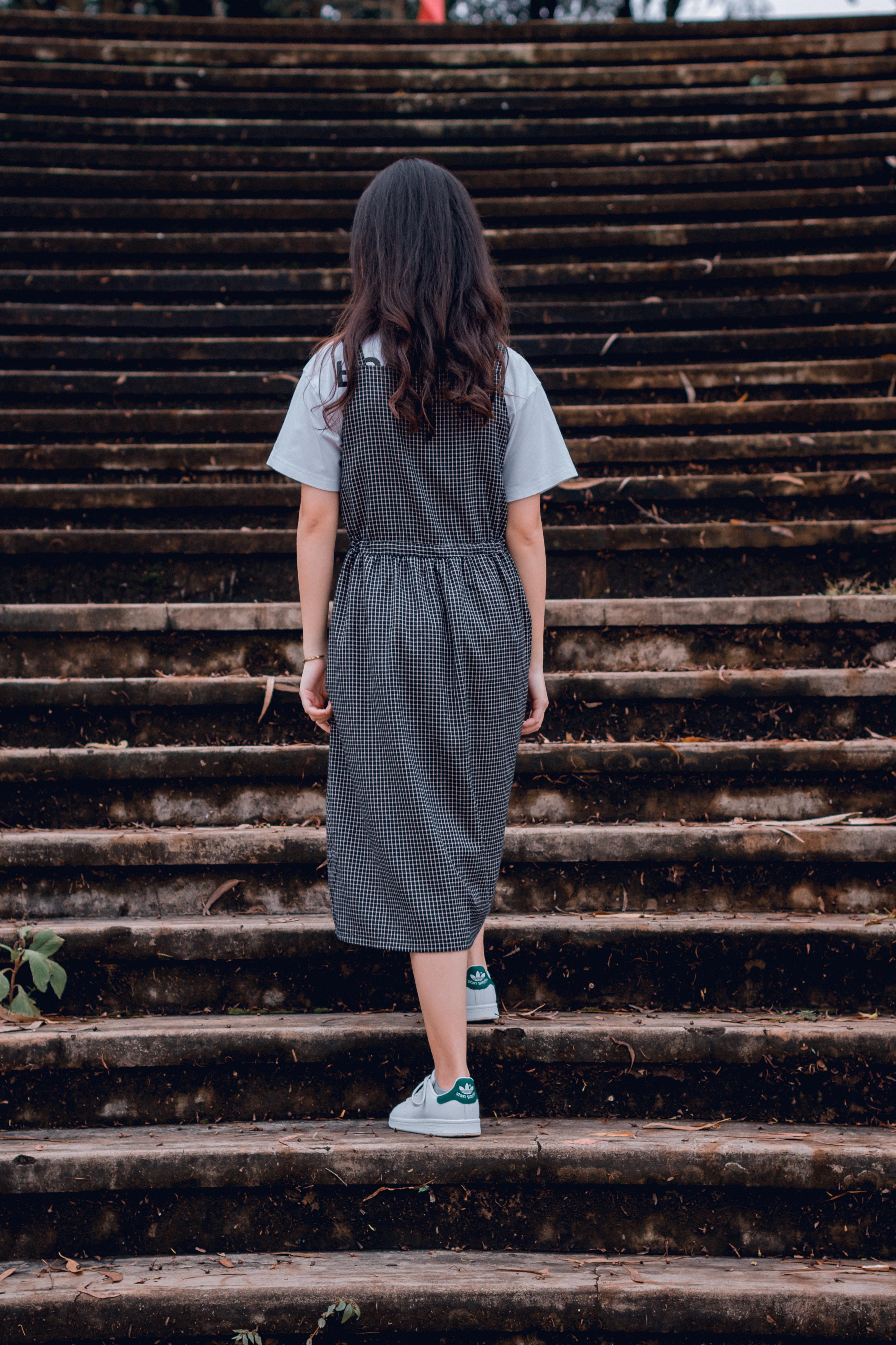 cfaf630562d9 betón denné svetlo šaty prostredie móda dievča vlasy vonku človek sukne  schody schodisko kroky nosenie žena
