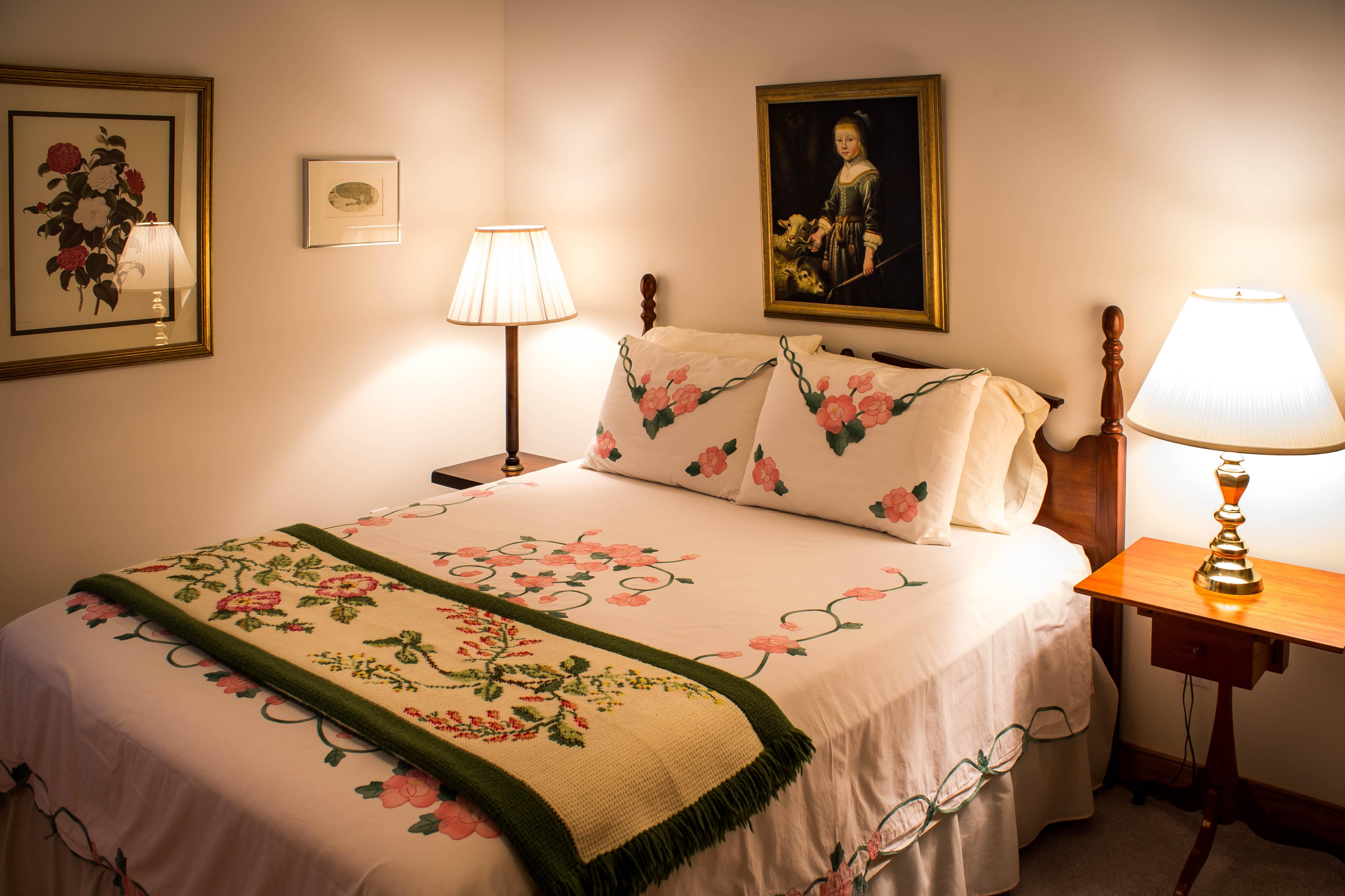 Fotos gratis : cabaña, mueble, lino, Cuarto, edredón, suite, tocador ...