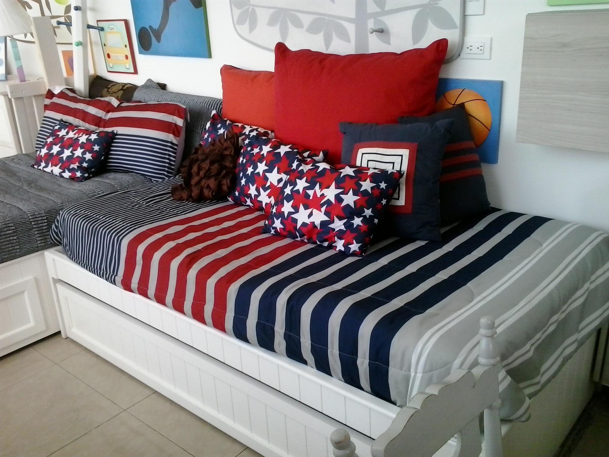 Fotos gratis : cabaña, mueble, habitación, almohada, Cuarto, colchón ...