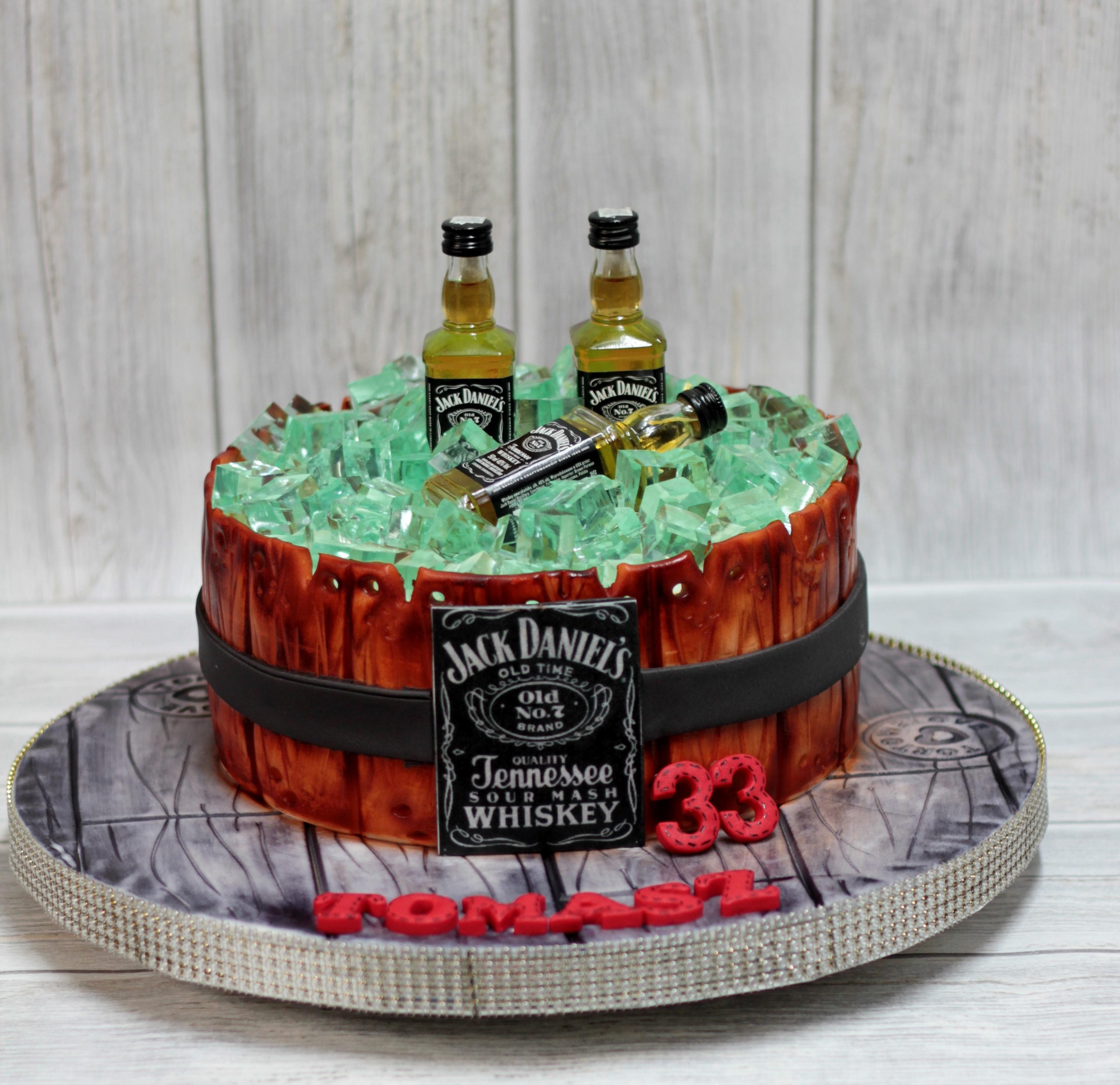 fotos gratis creativo decoracin comida botella postre alcohol pastel de cumpleaos pastel de chocolate comiendo formacin de hielo