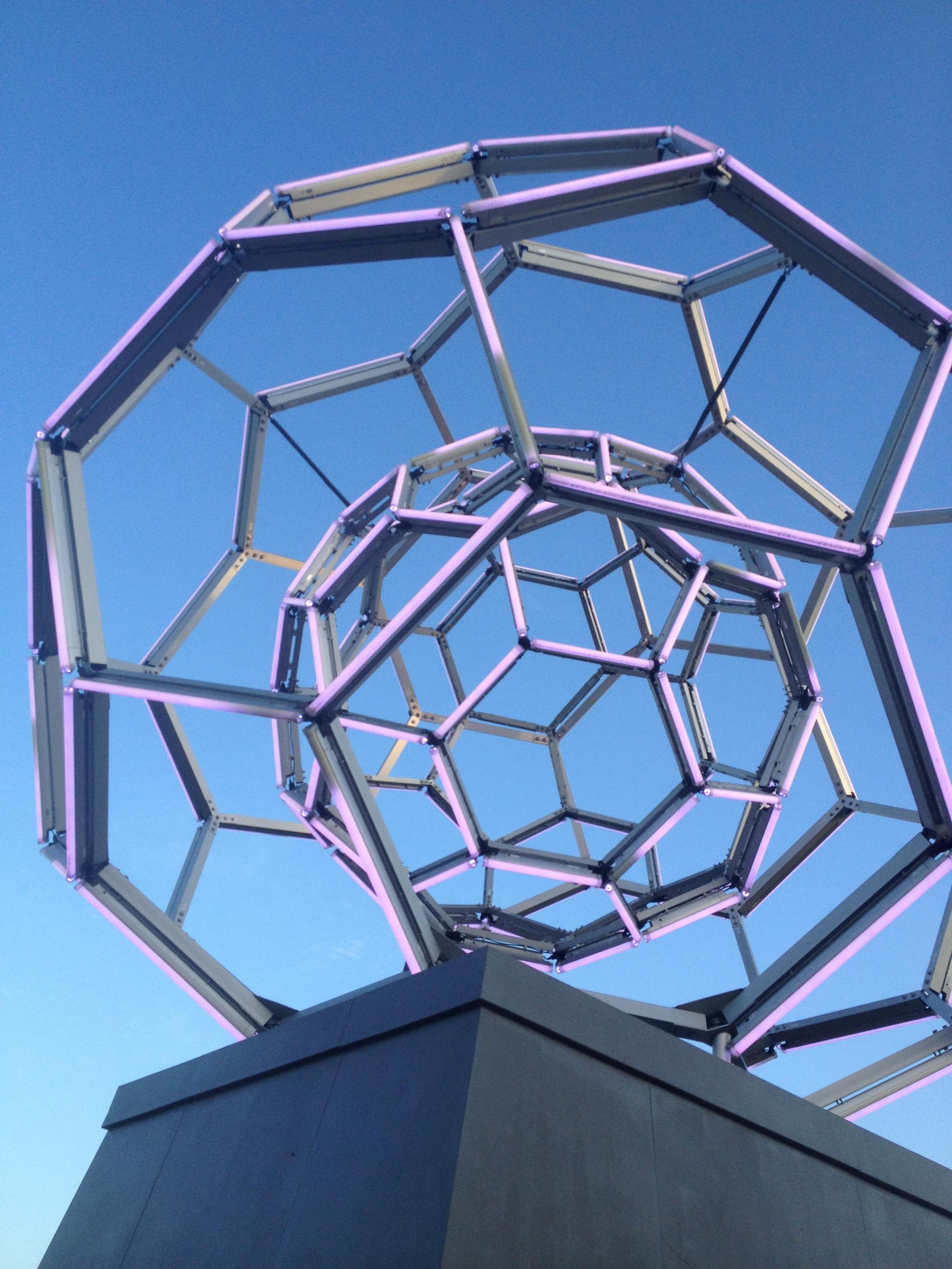 creativo estructura prpura ventana vaso perspectiva color fachada brillo azul iluminacin cielo azul art luces