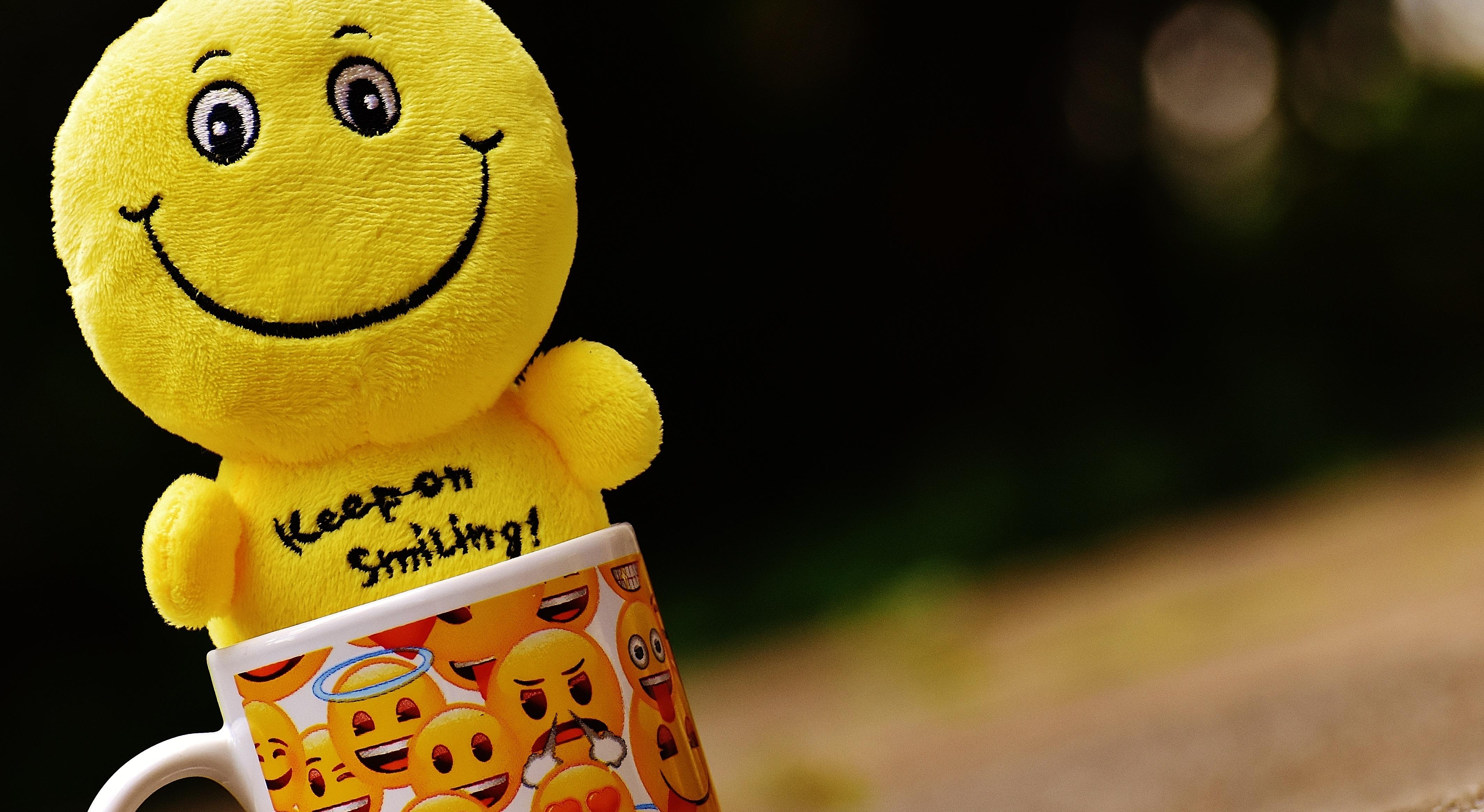 Gambar Cangkir Warna Kuning Mainan Tersenyum Tertawa