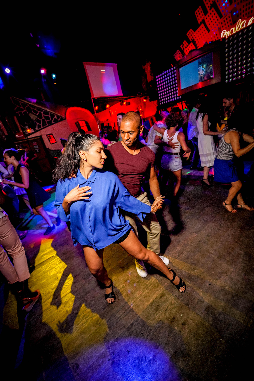 Ночному клубу требуется танцор фотошоп в ночном клубе