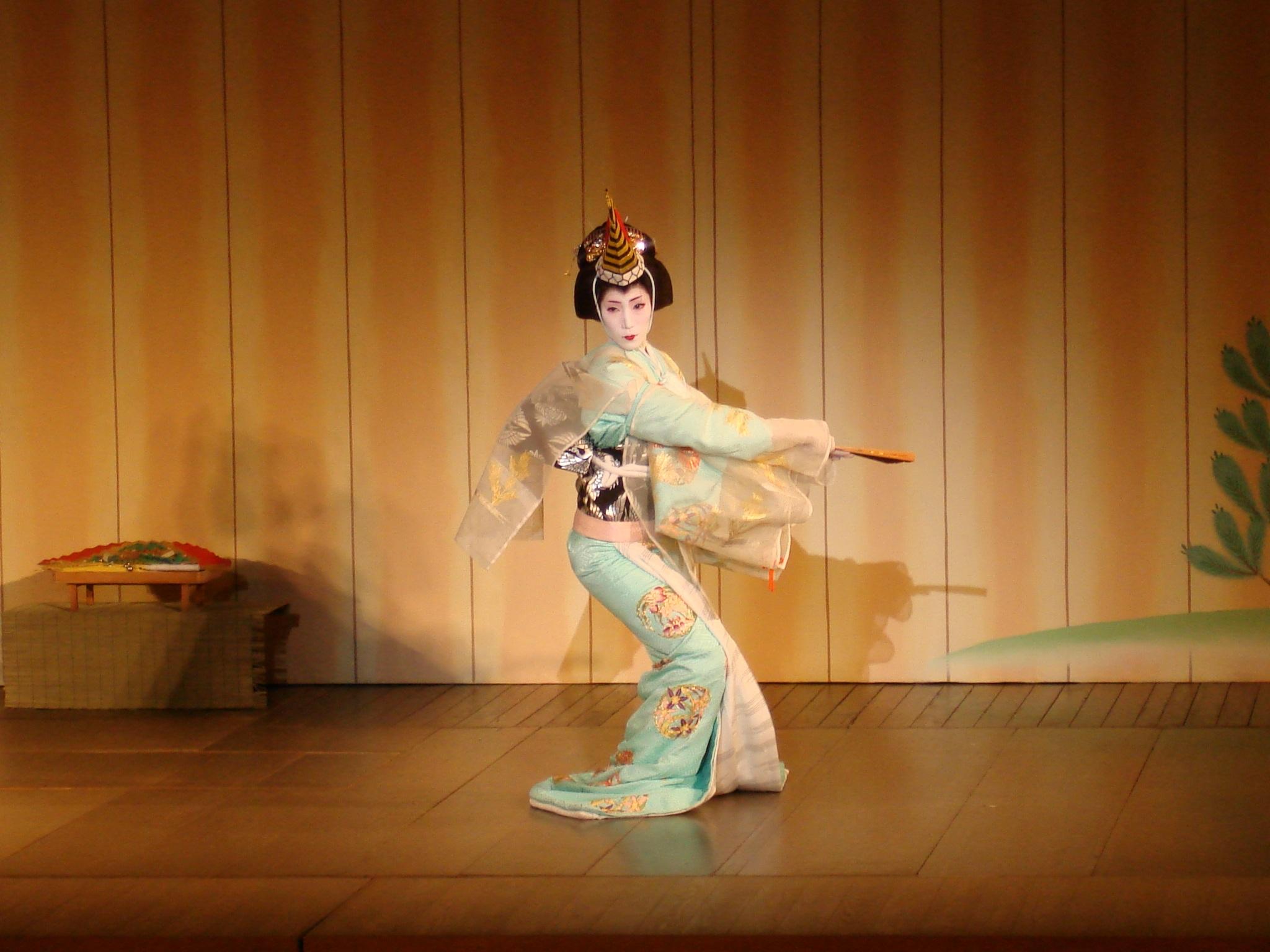 Японские девушки танцуют