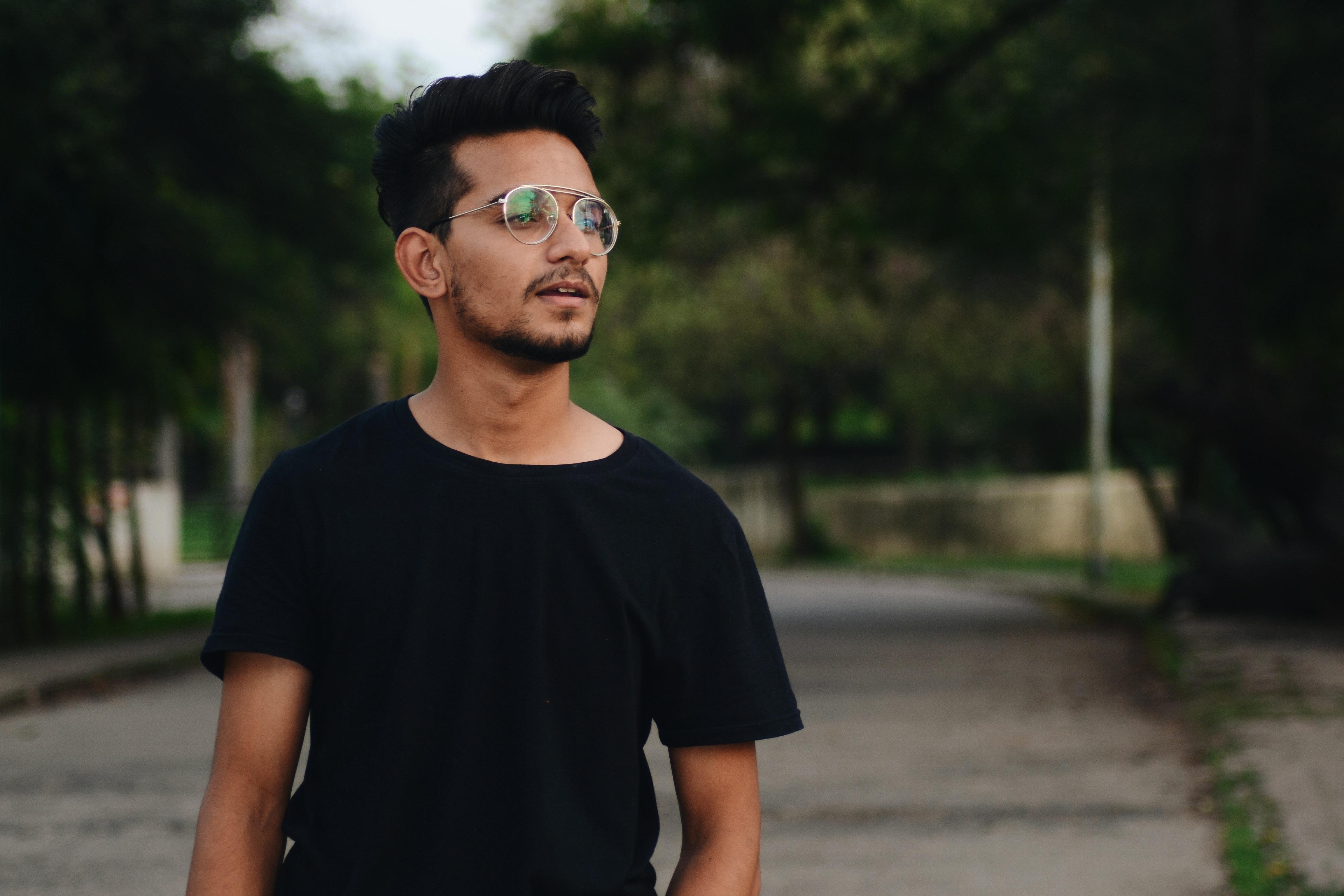 48a357047c90 dagslys briller ansigt ansigtshår smuk mand udendørs parkere person positur  vej træer have på ung