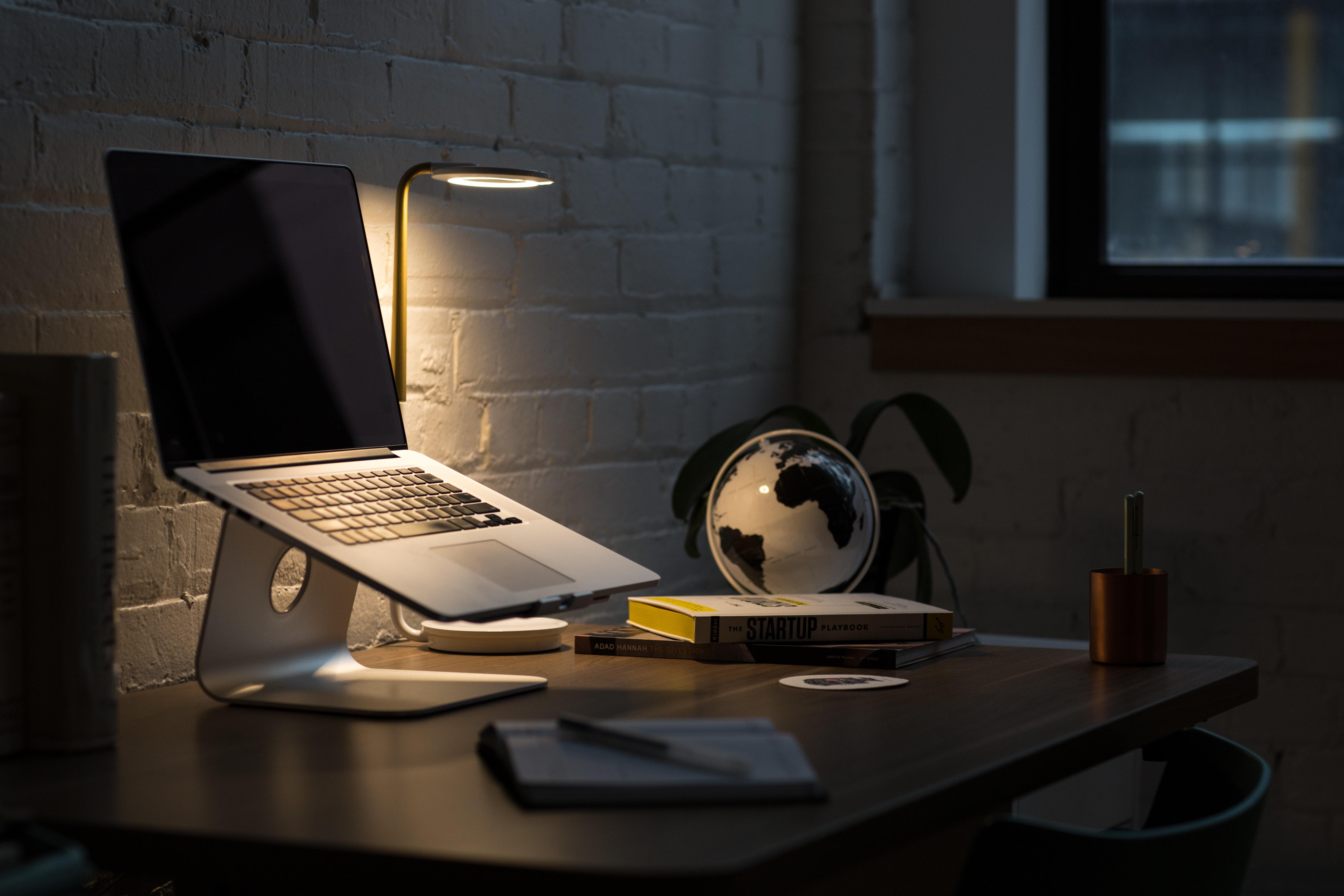 картинки компьютеров и ноутбуков на столе
