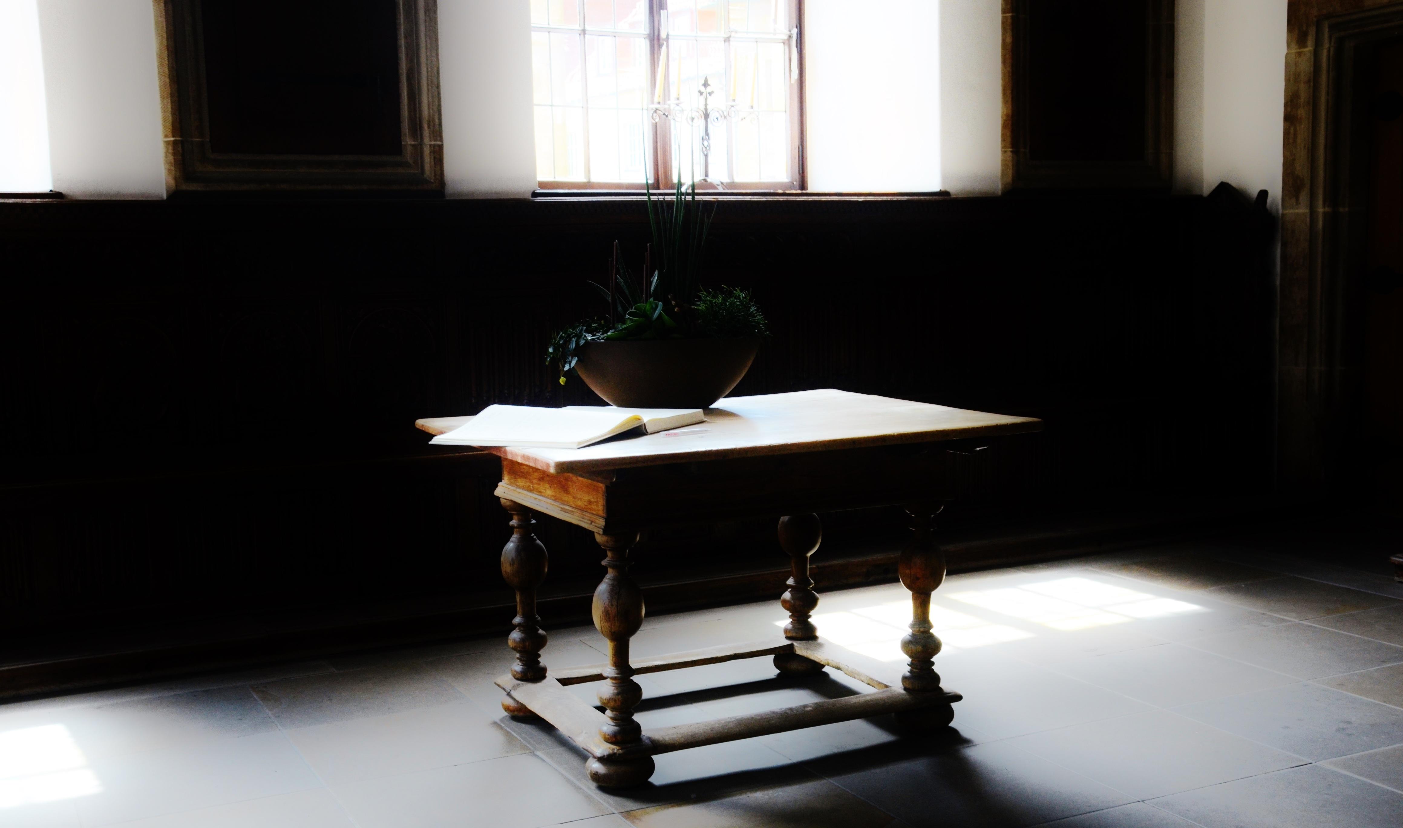 Gratis billeder : skrivebord, tabel, træ, stol, etage, vindue ...