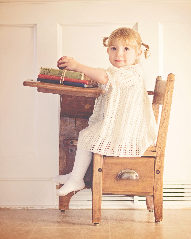 Ребенок на стуле фото