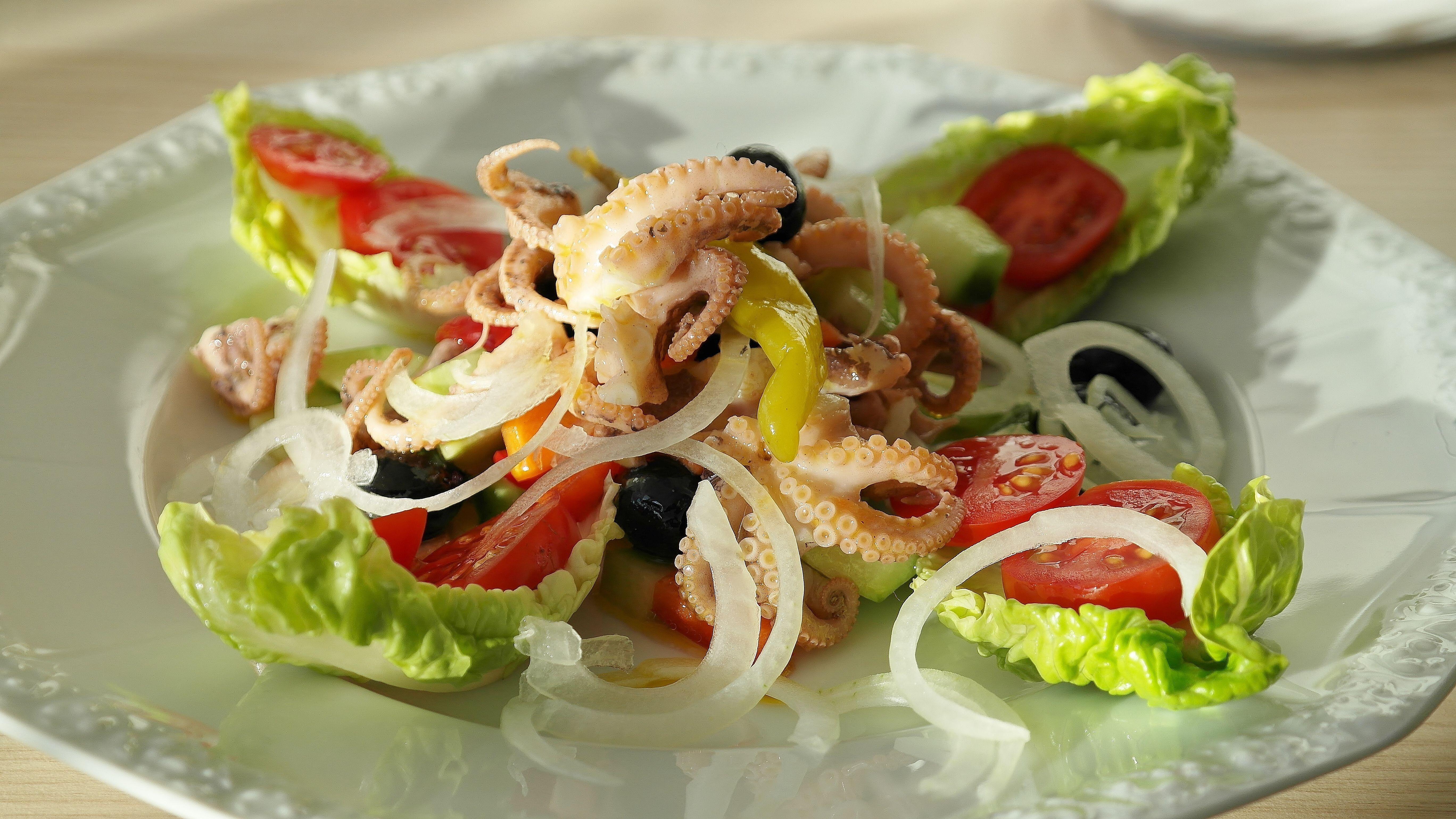 Красивый и вкусный салат из морепродуктов
