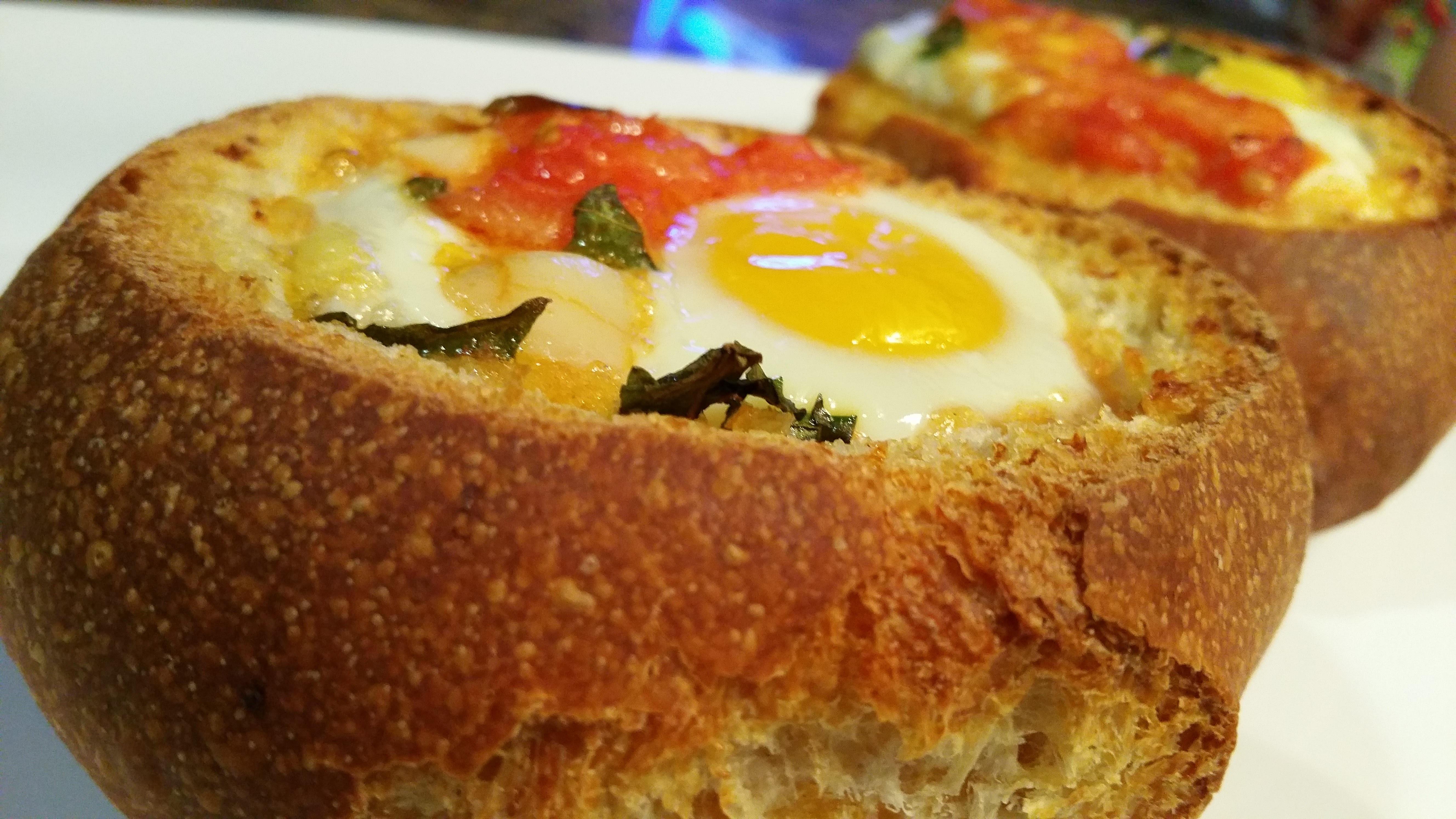 Perinteisiä suomalaisia pääsiäisruokia olivat munamaito, verimakkarat, tuore leipä.