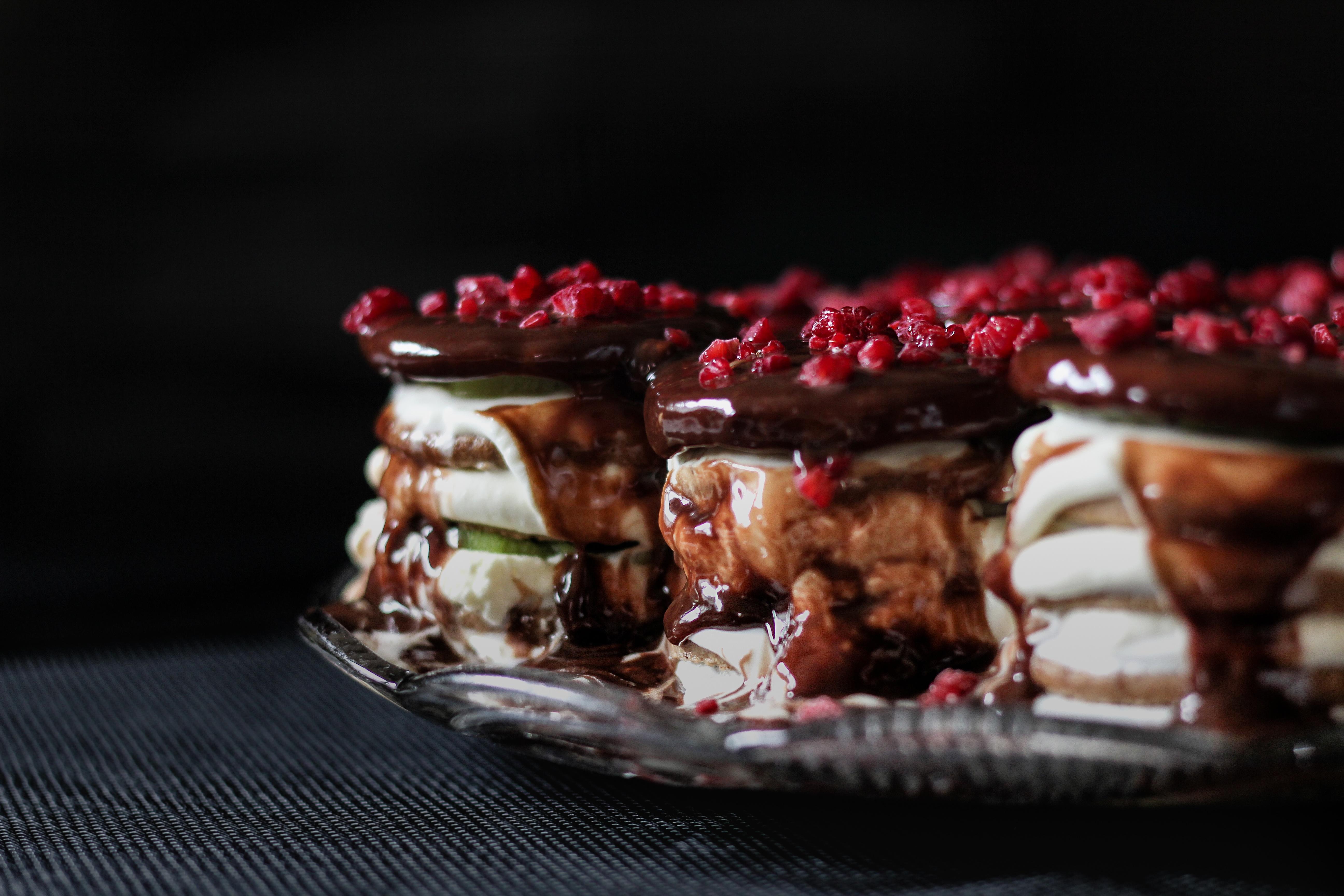 Днем, картинки десерты на темном фоне