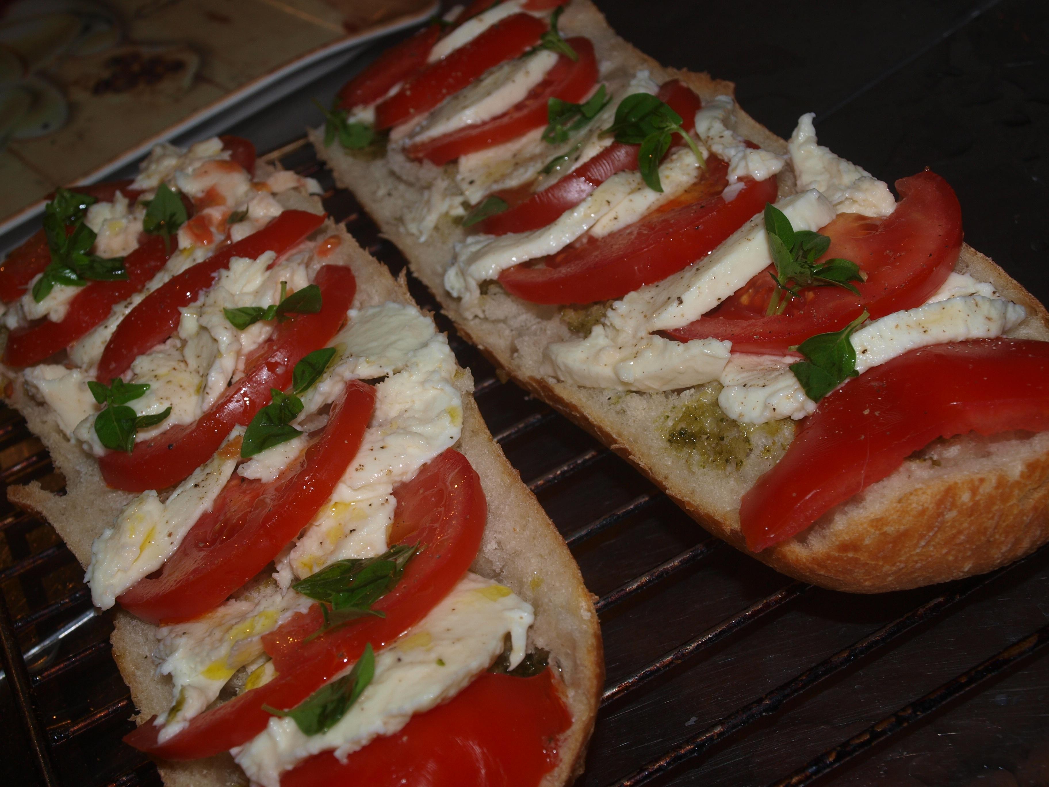 Gambar Hidangan Makan Menghasilkan Masakan Roti Tomat