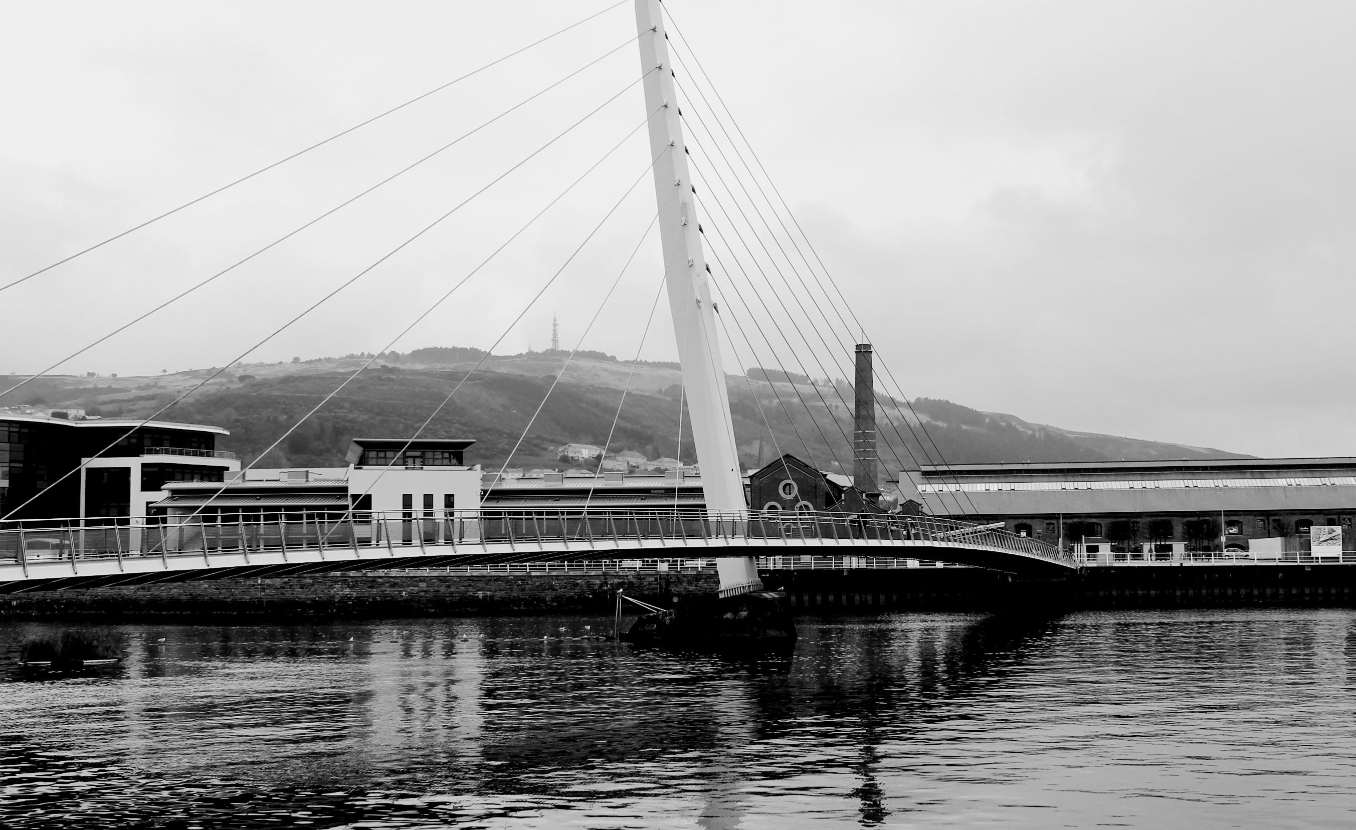 Fotos gratis : muelle, en blanco y negro, río, Paisaje urbano ...