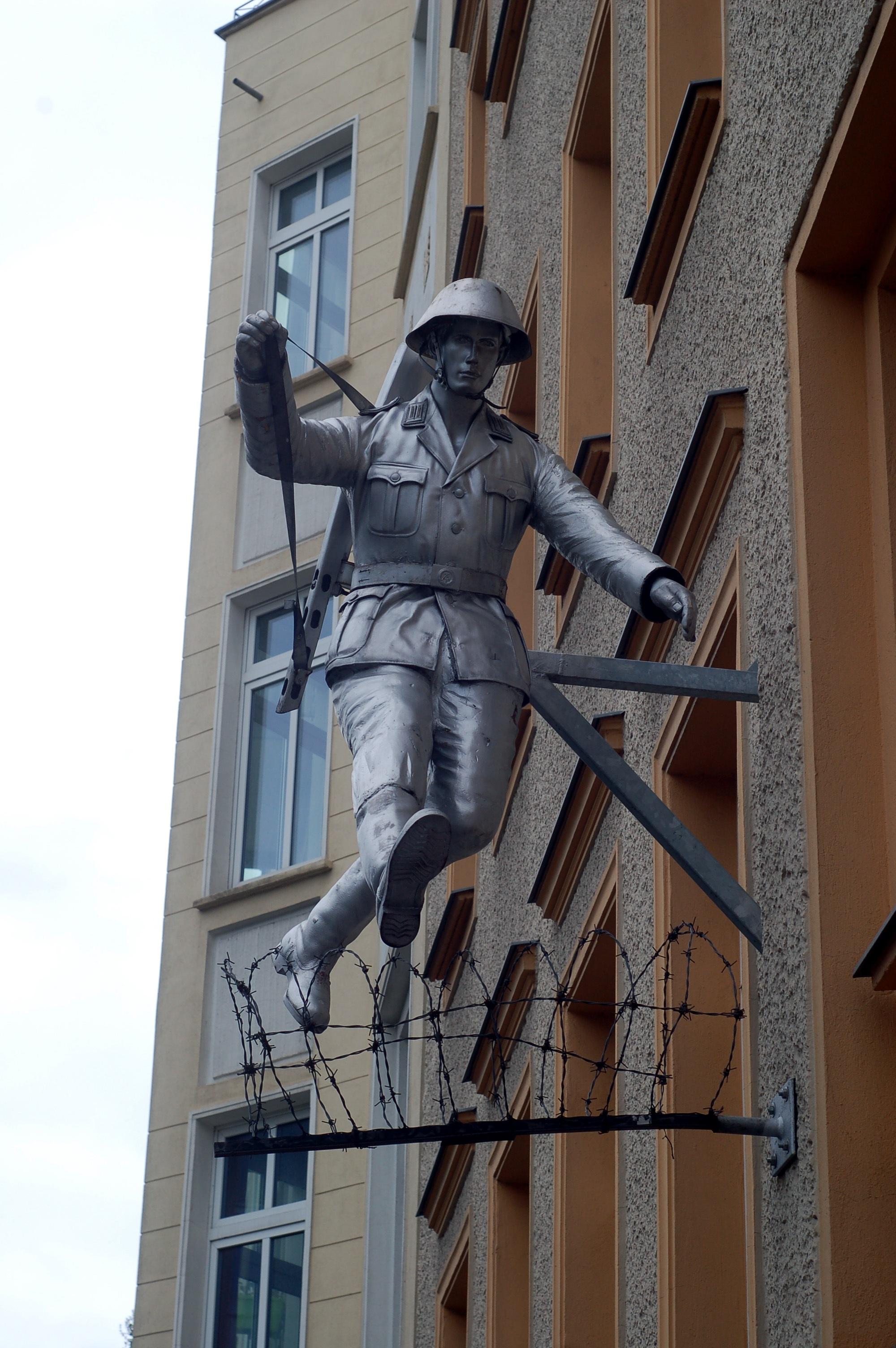 Kostenlose foto : Flucht, Gebäude, Mauer, Monument, Draht, Statue ...
