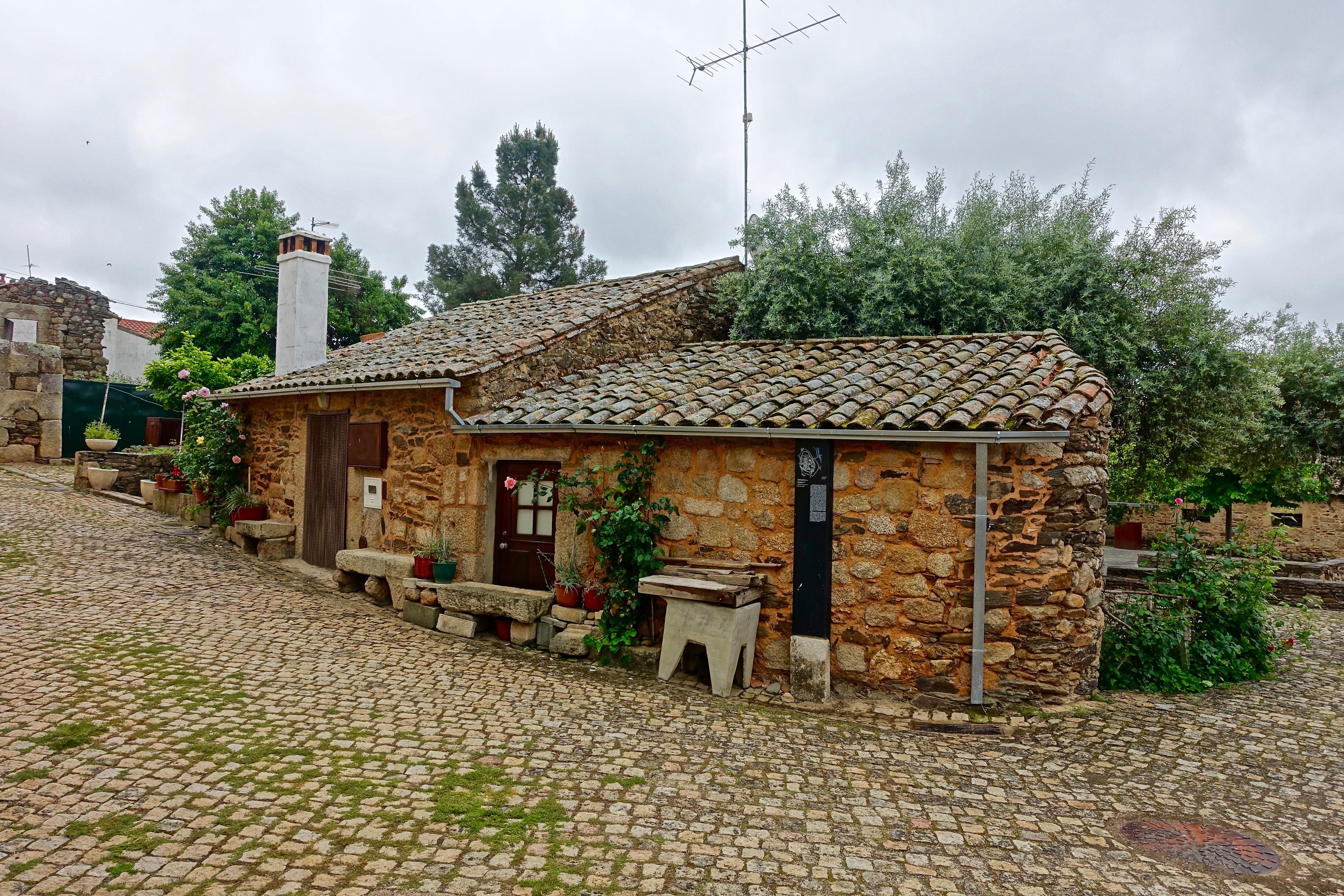 Fotos gratis granja piedra choza pueblo suburbio - Casas de piedra y madera ...