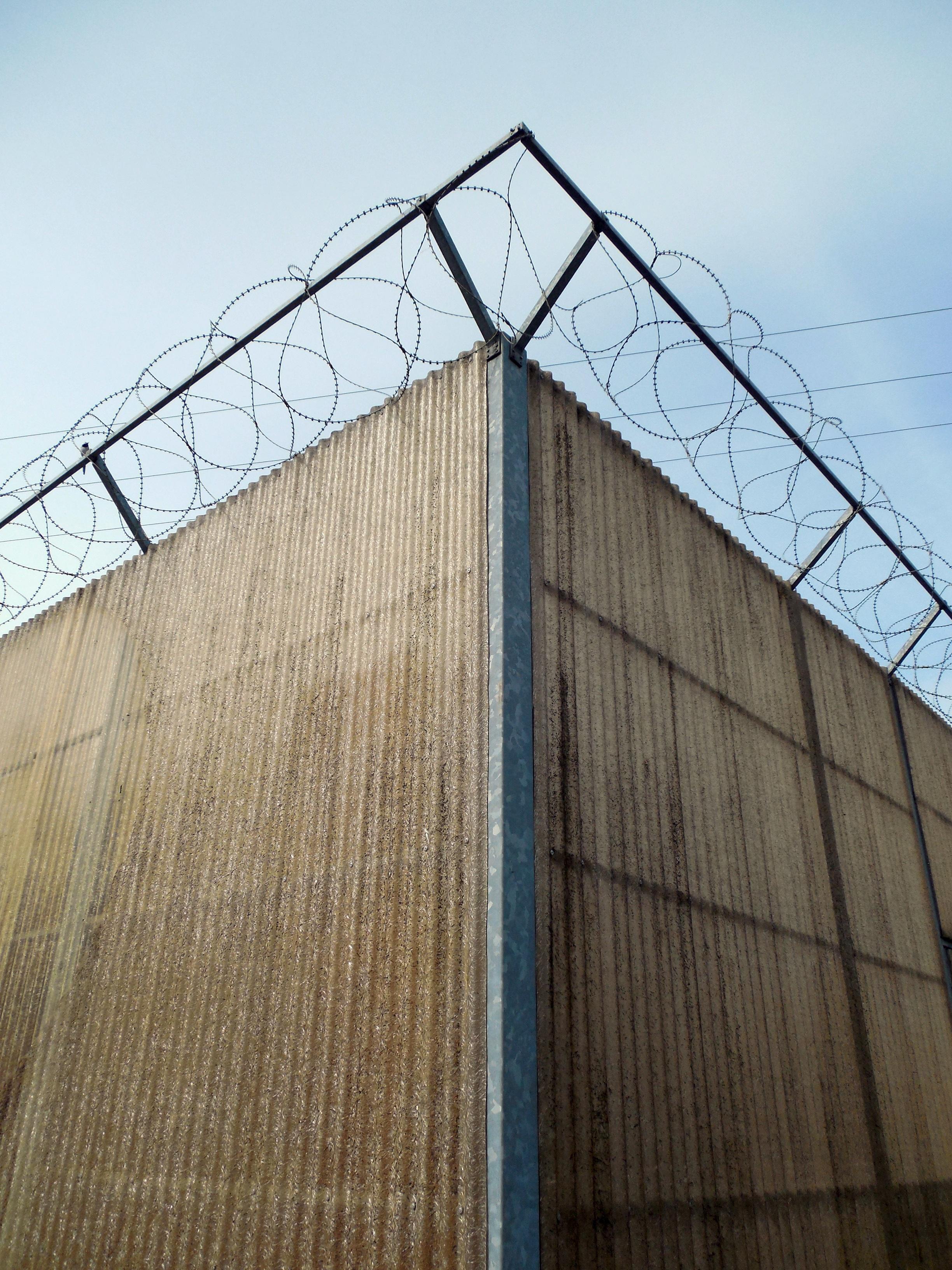 Images gratuites cl ture fil barbel architecture for Barriere mur de cloture