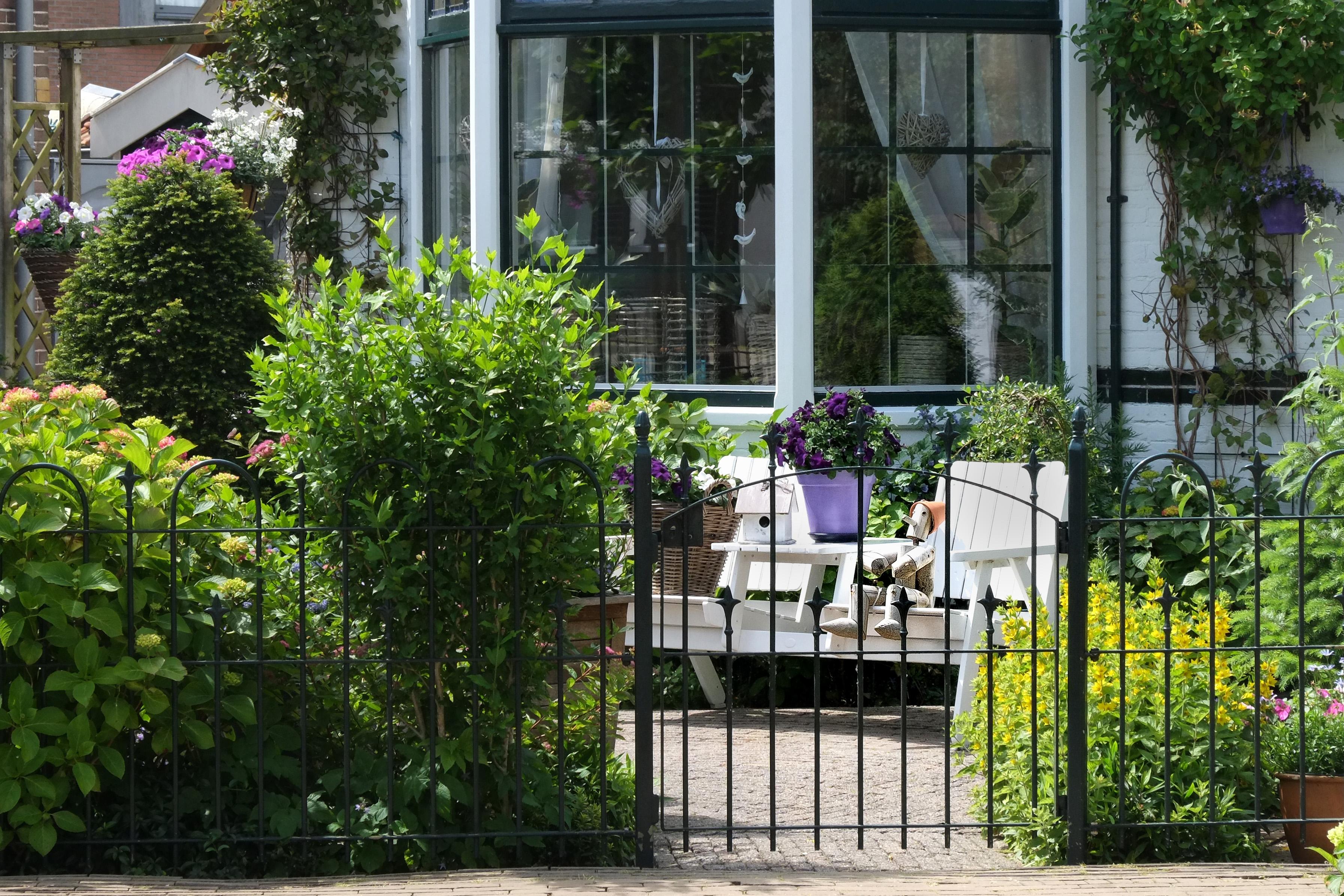 amenagement de cour de maison great amenagement de cour de maison with amenagement de cour de. Black Bedroom Furniture Sets. Home Design Ideas