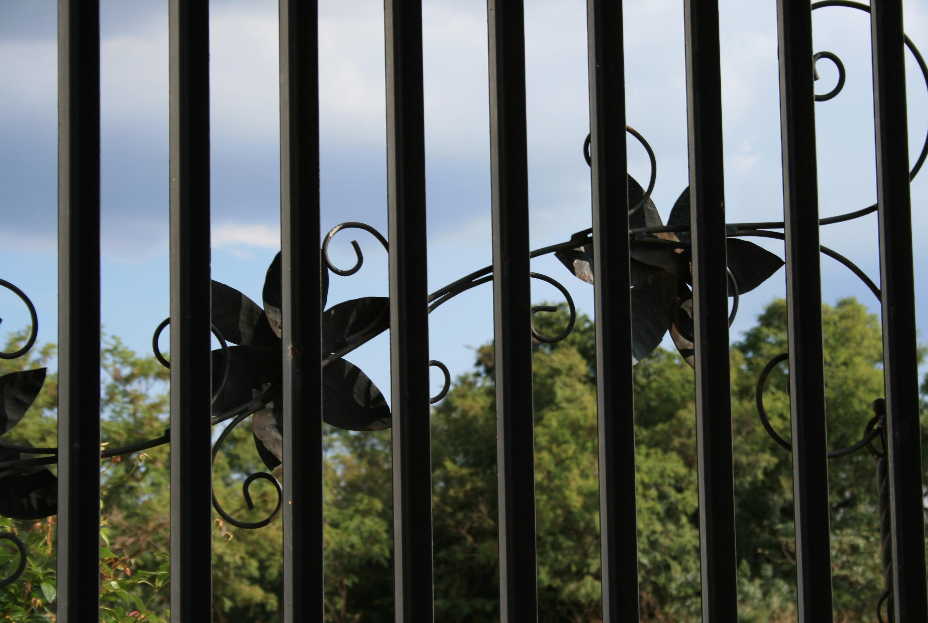 Fotos gratis : cerca, cielo, madera, luz de sol, ventana, metal ...