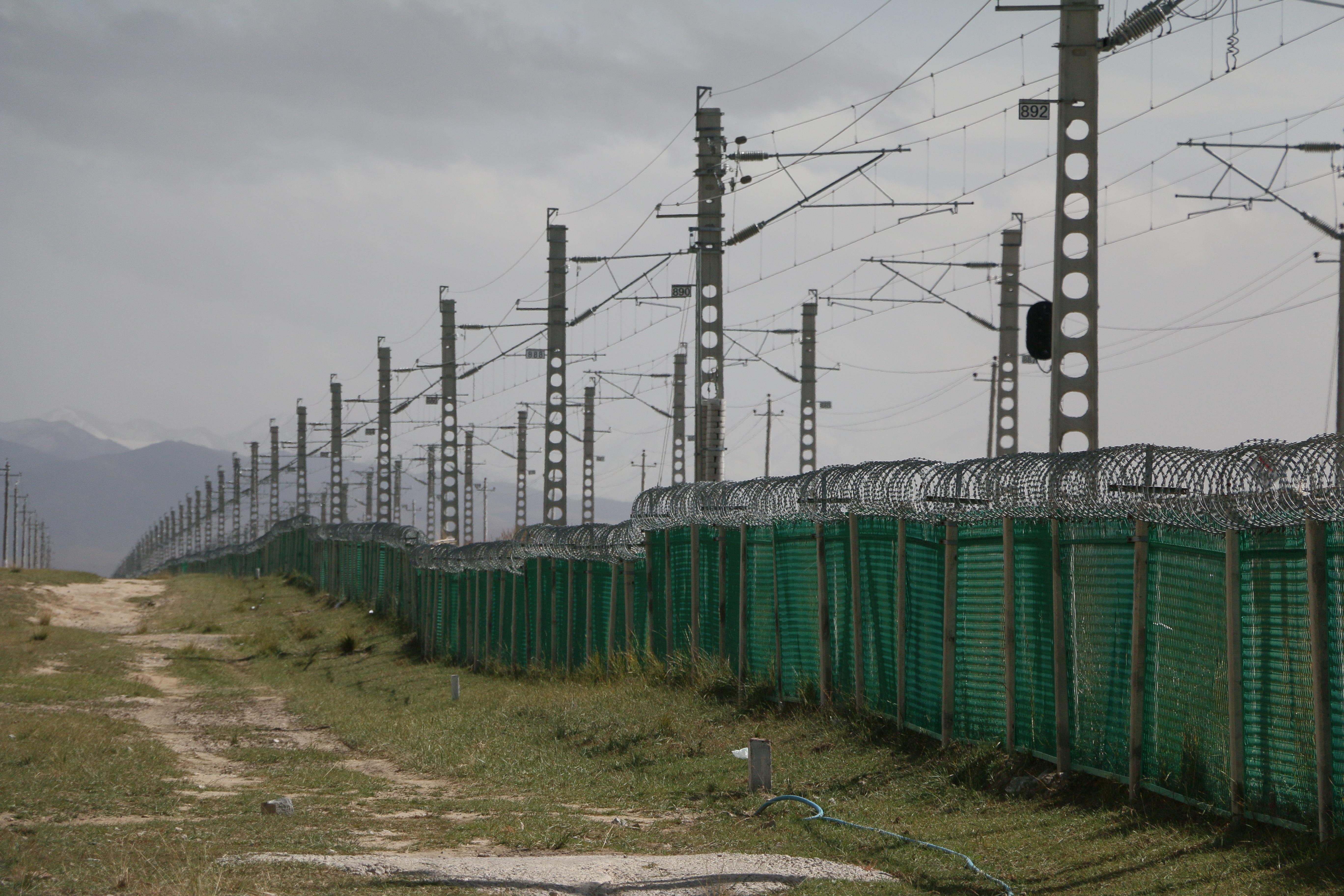 Zaun Spur Eisenbahn Transport Fahrzeug Elektrizität Zäune Wiederholen  Außenstruktur Hauszäune Stromversorgung Freileitung