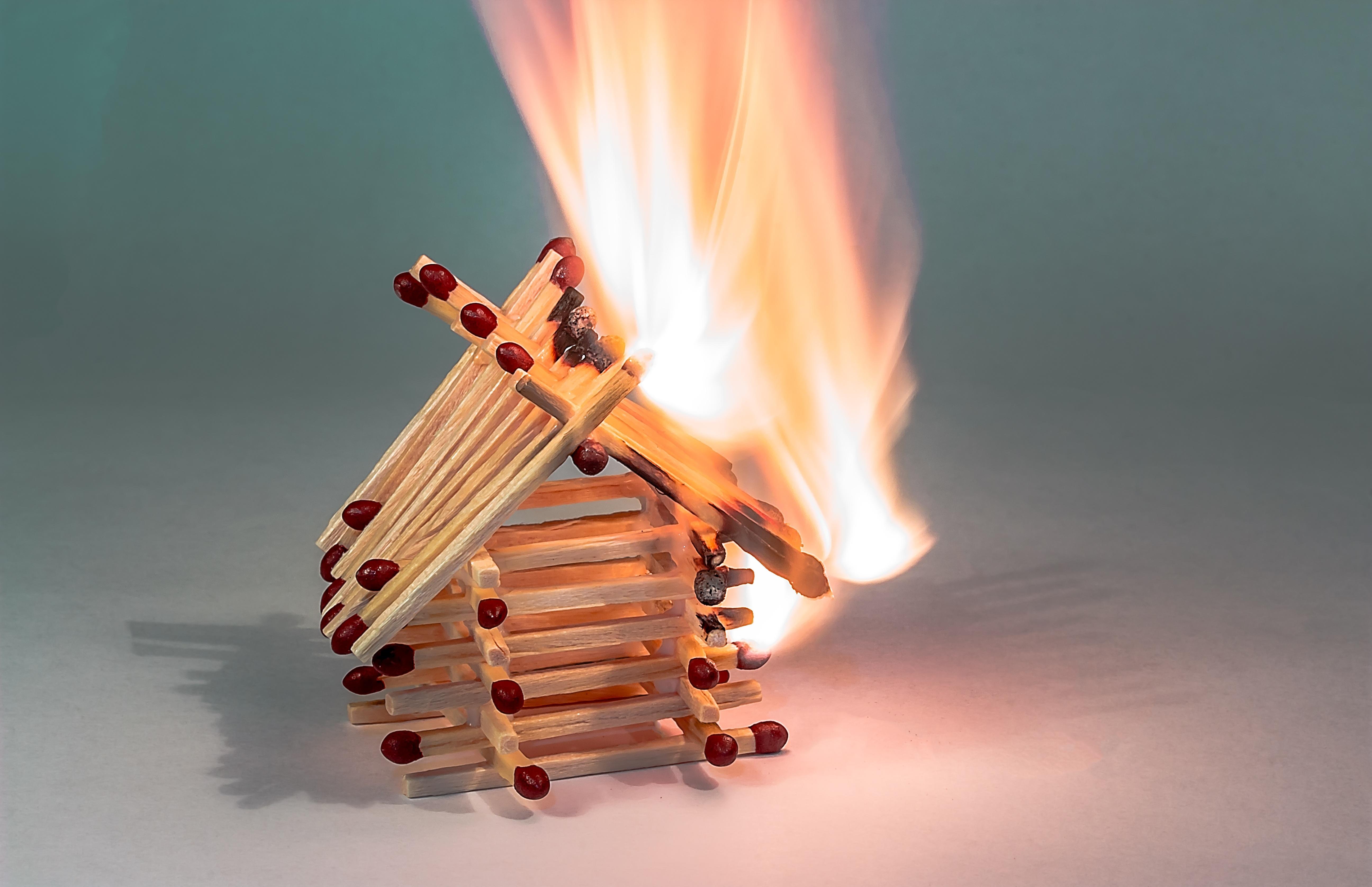 kostenlose foto feuer brennende streichholzhaus haus der streichh lzer flamme brennen. Black Bedroom Furniture Sets. Home Design Ideas