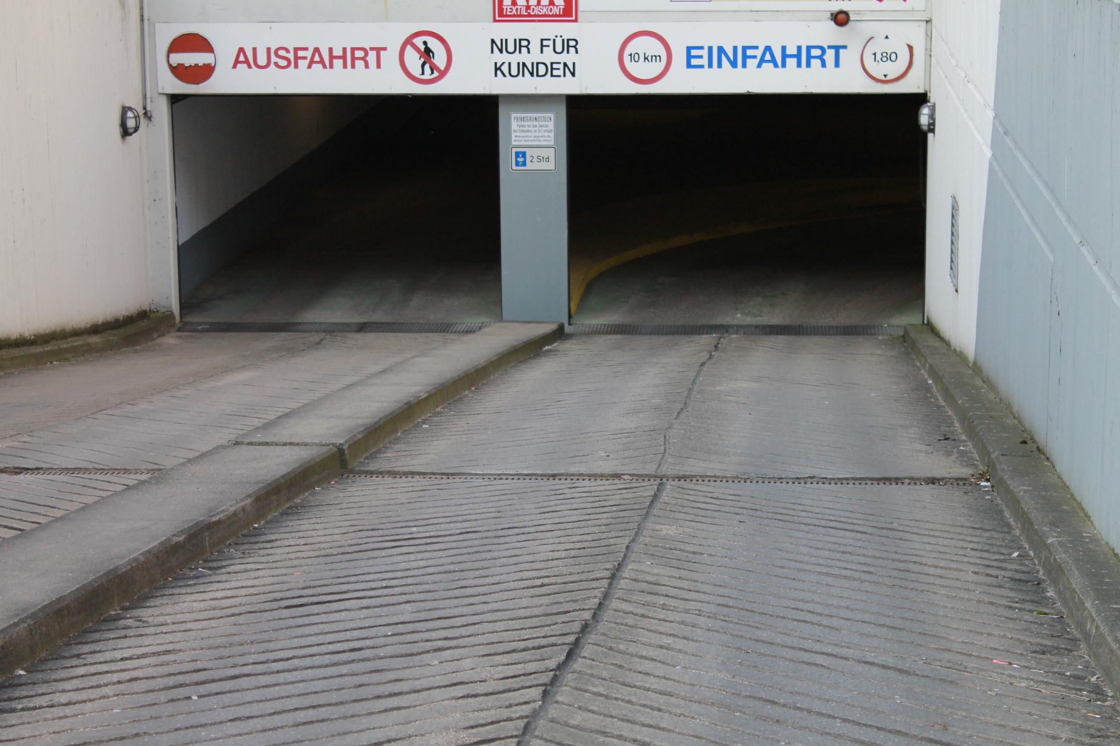 Garageneinfahrt asphalt  Fotoğraf : zemin, çatı, otopark, yokuş aşağı, Ağ geçidi, Döşeme ...