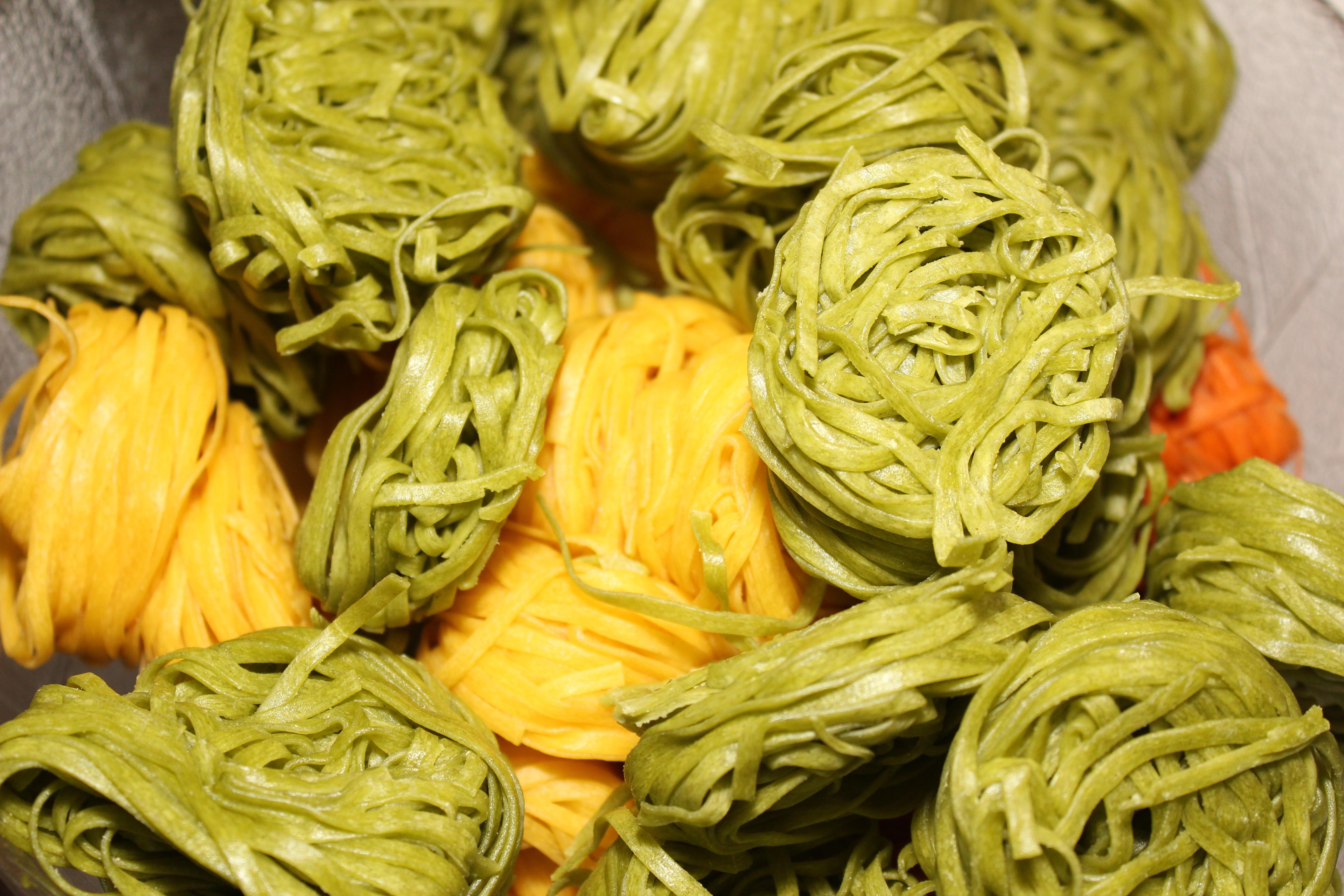 Güneşte kurutulmuş domatesli makarna: orijinal ve besleyici yemek