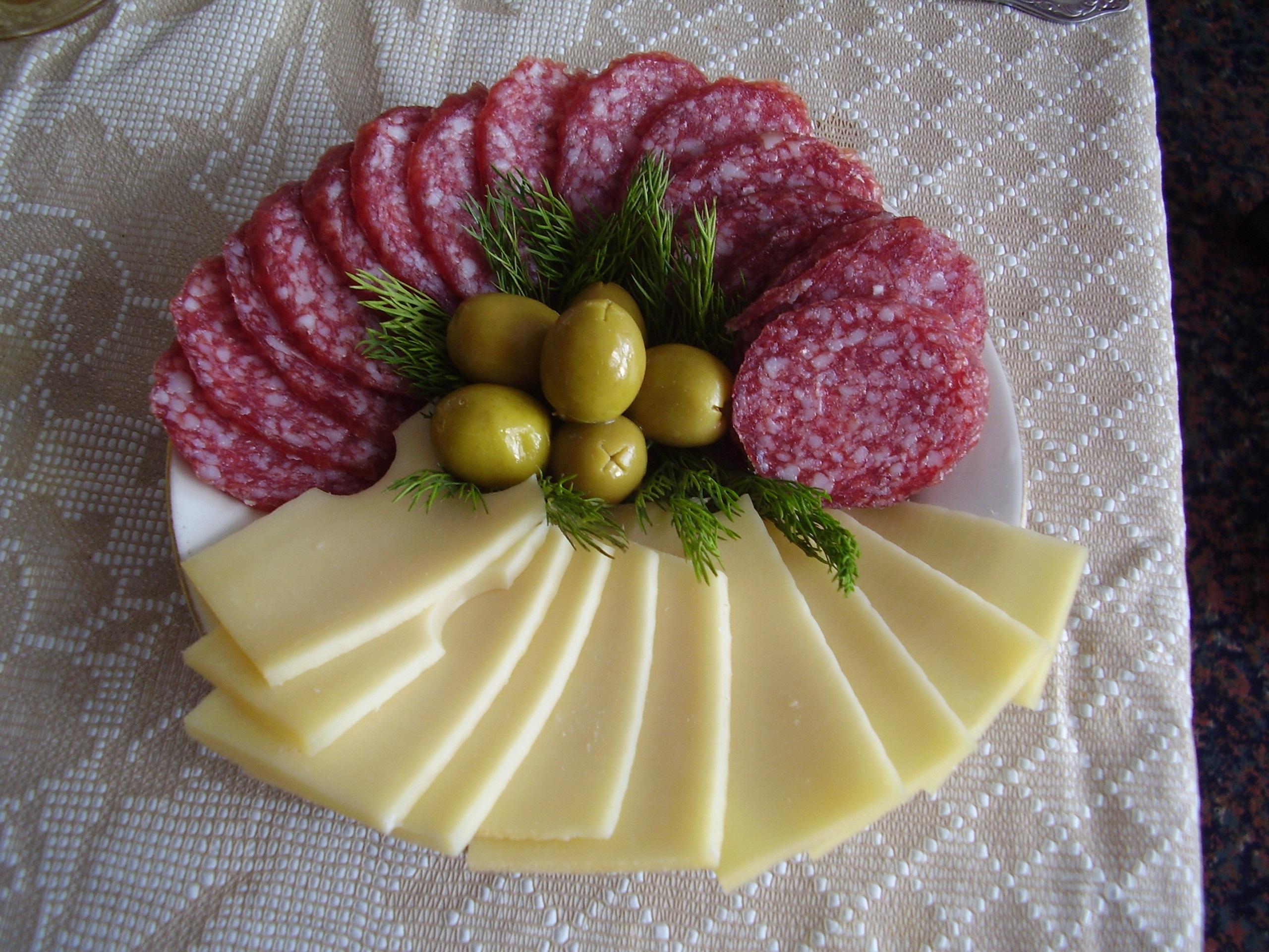 Как красиво сделать нарезку из колбасы и сыра