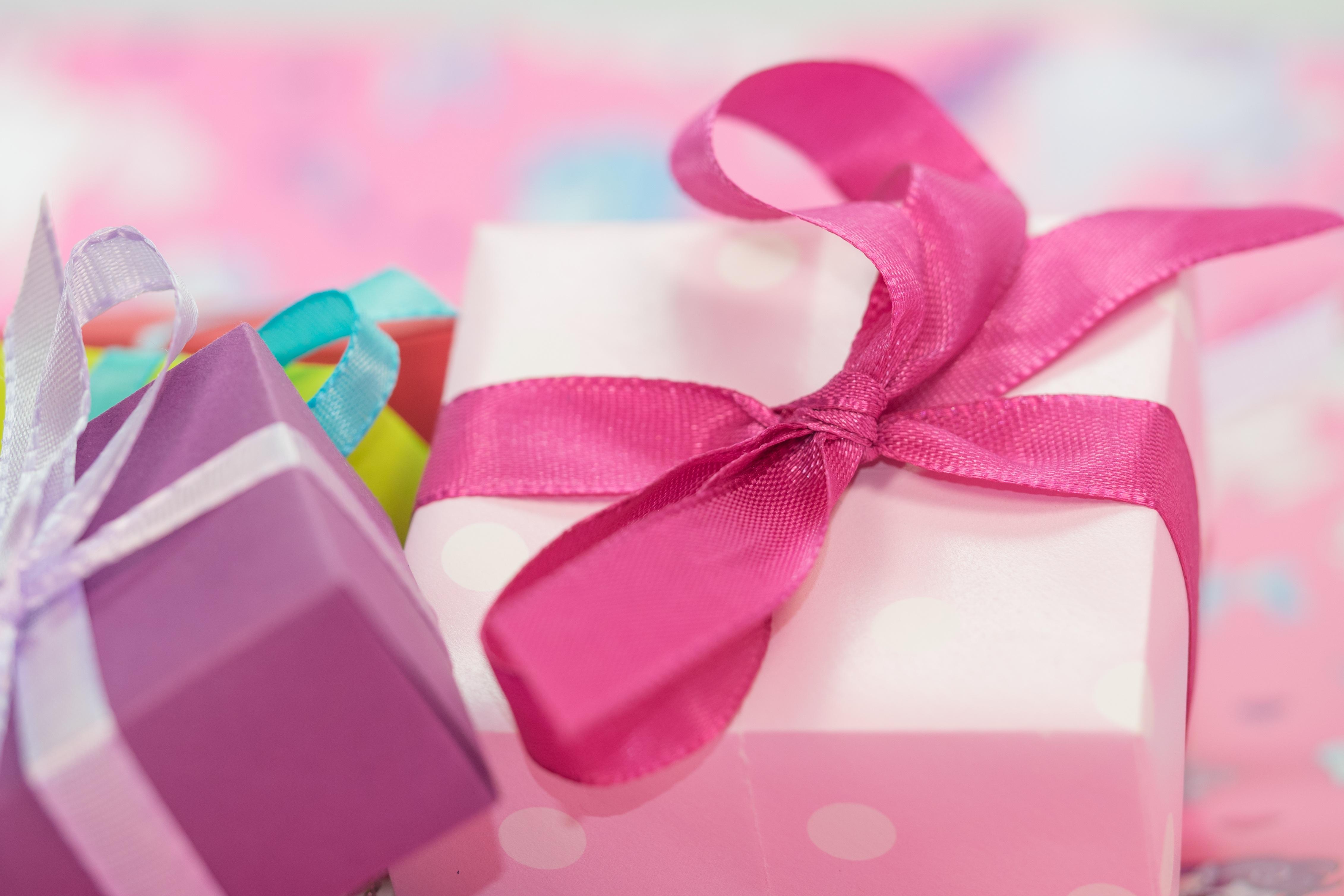 картинки подарочки на день рождения ниткой выполняют левый