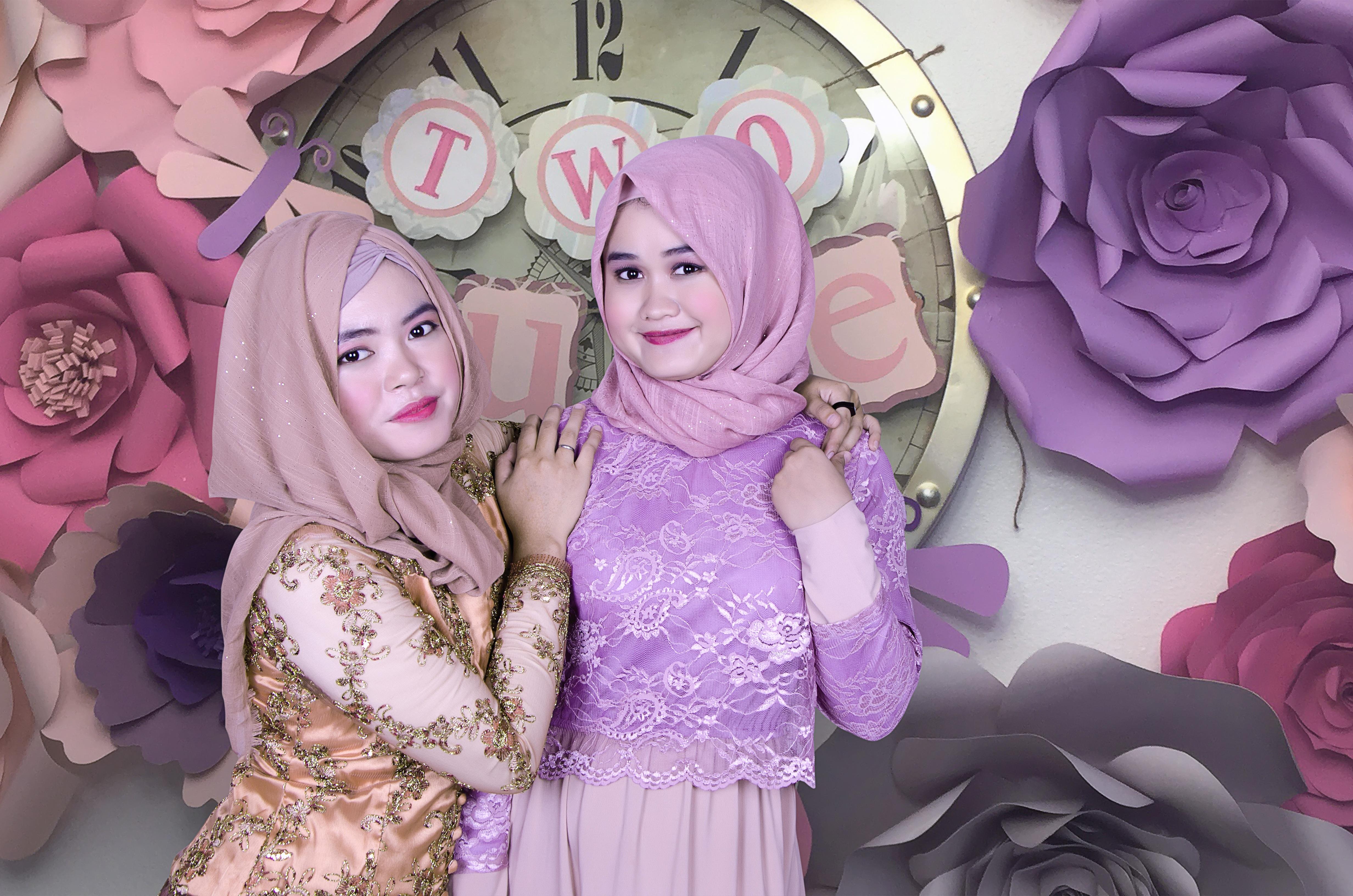 Bunga Ungu Model Muda Merah Berwarna Menghadapi Ilustrasi Wanita Kegembiraan Islam Hijab Anime Cantik