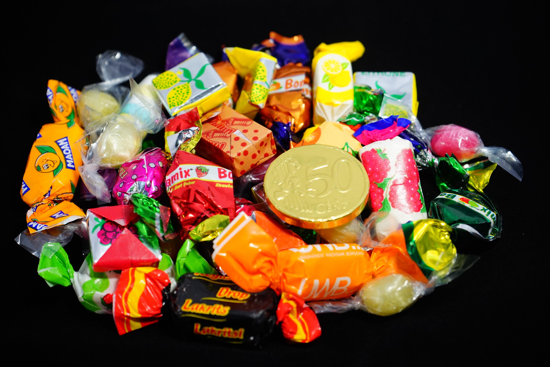 картинки продуктов конфеты брюнетка чулках уселась