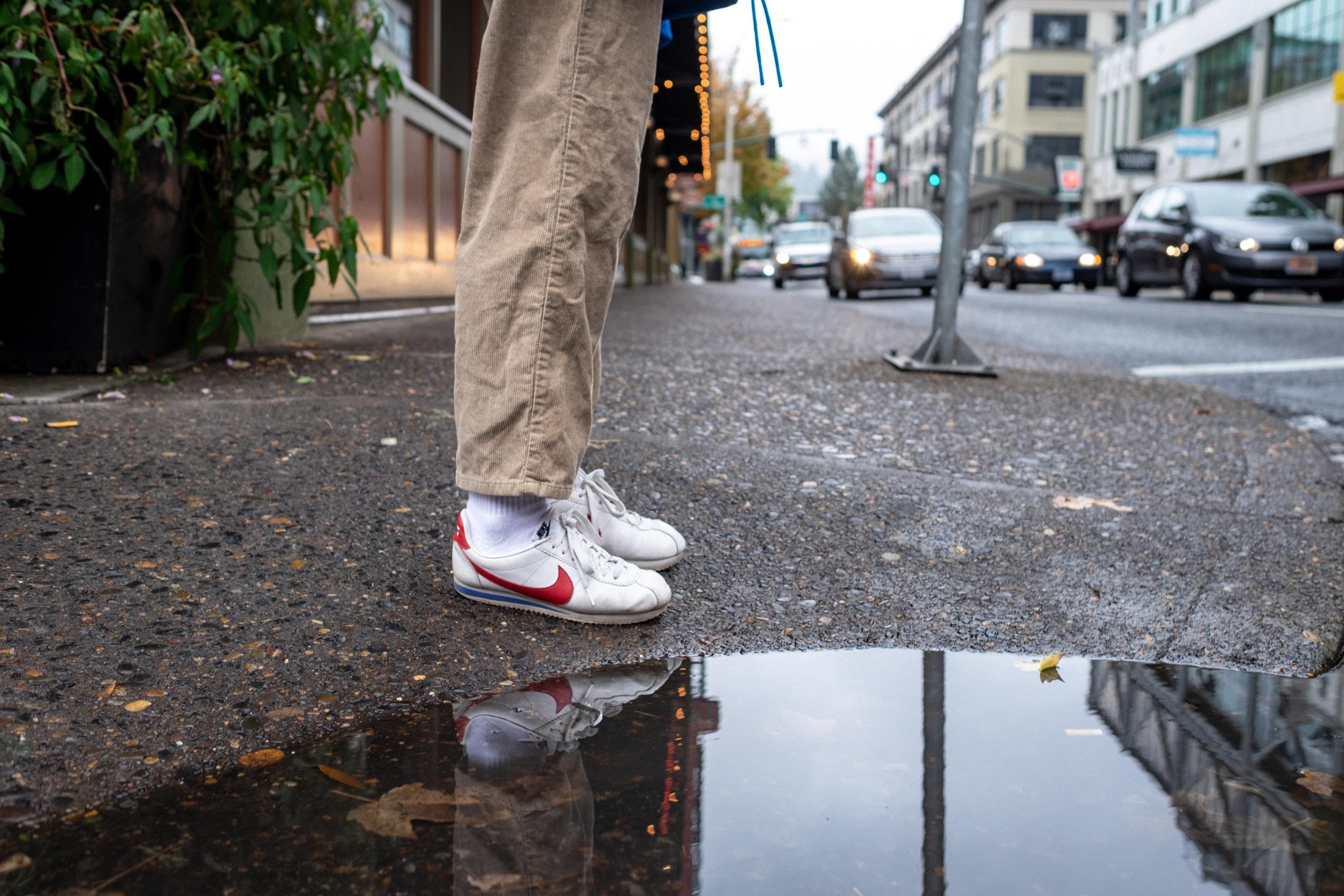 2ce592e4a75 είδη υπόδησης ανθρώπινο πόδι πόδι παπούτσι πεζοδρόμιο δημόσιος χώρος  στιγμιότυπο νερό οδόστρωμα ασφάλτος δέντρο δρόμος υποδομή