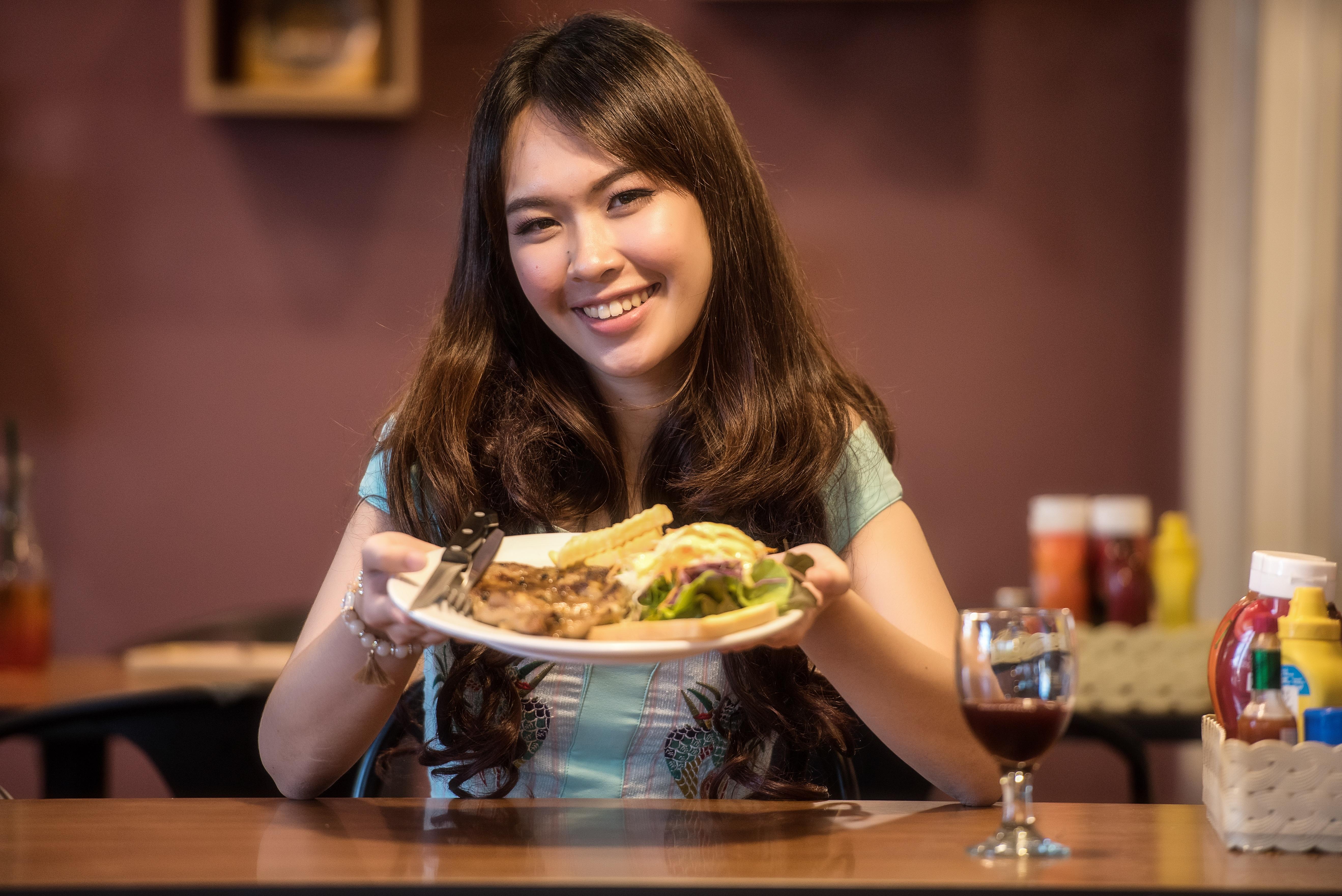 Картинки женщина обедает