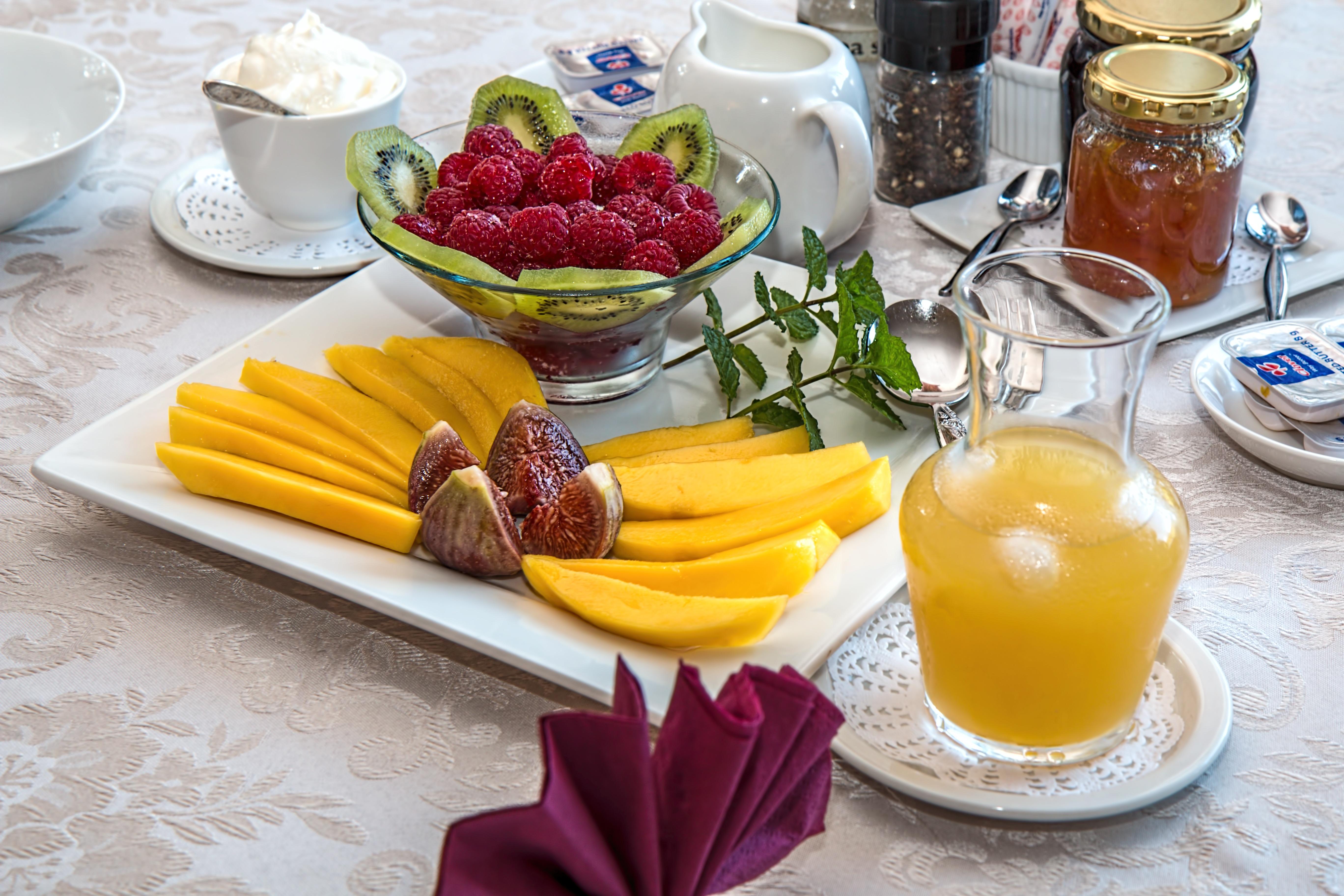 Gambar hidangan menghasilkan makan siang Masakan kebugaran kalori Yogurt buah segar vitamin berry mangga jus jeruk anggun ara menarik