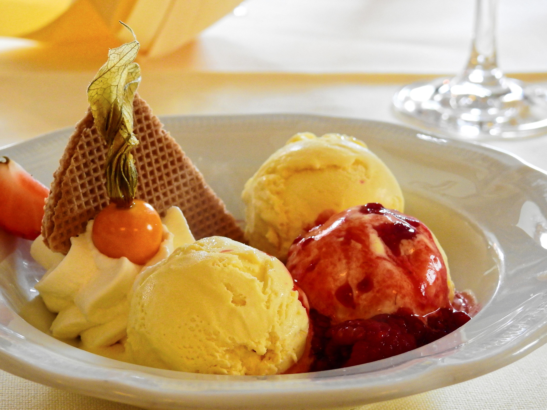 поделитесь фото мороженое с фруктами на блюде ближайшего населенного пункта
