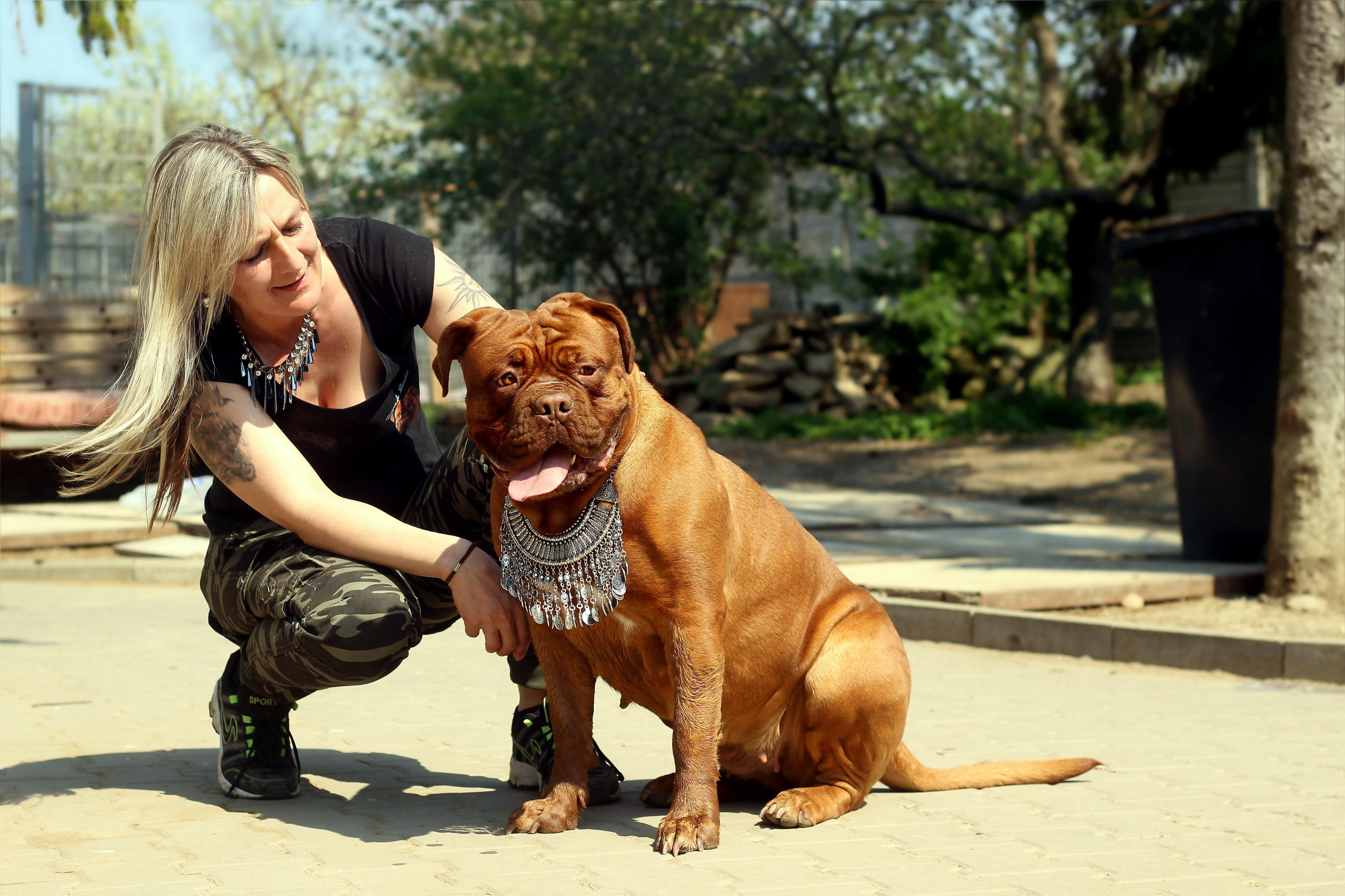 nainen ja koira viisikymppinen nainen