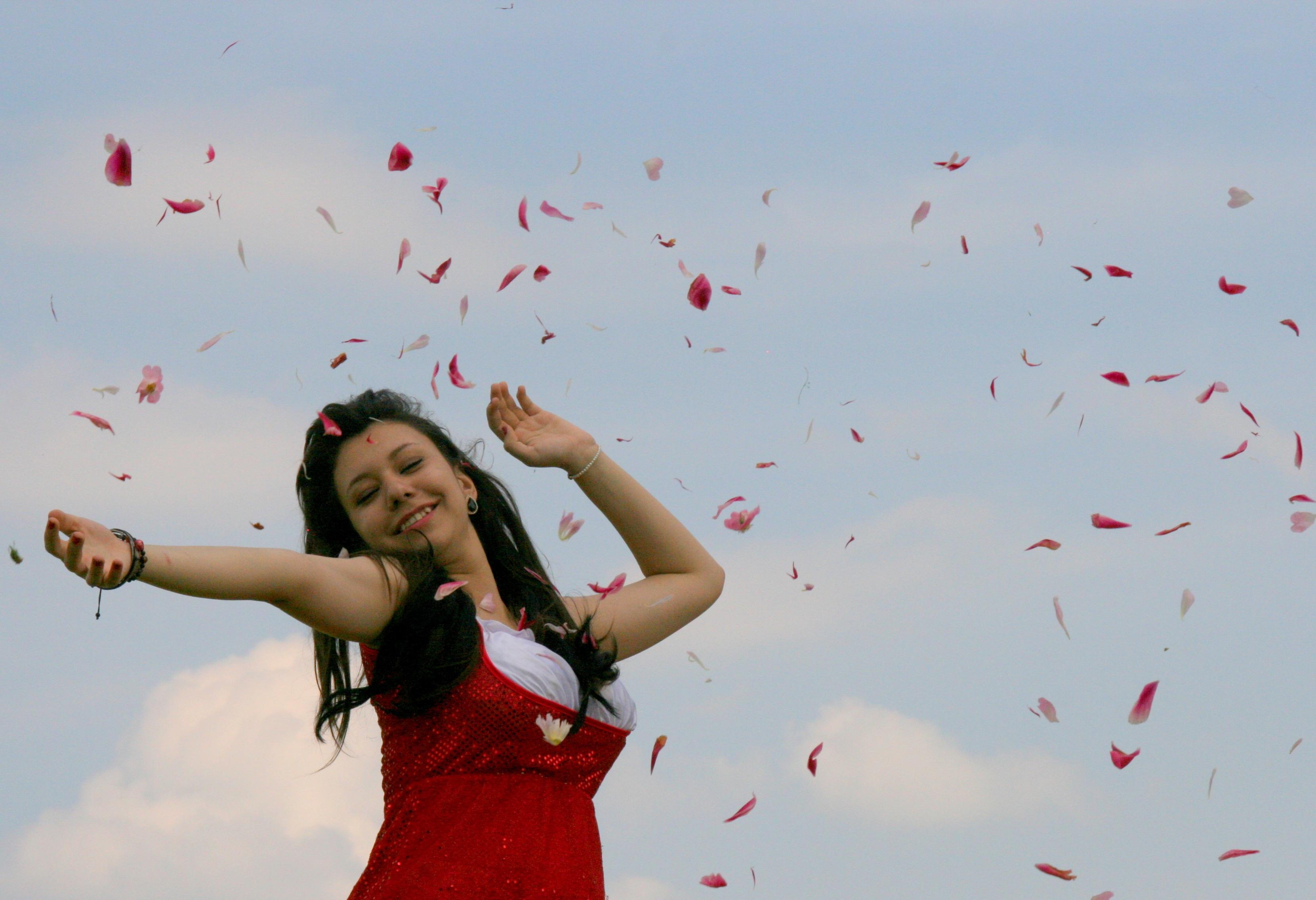 Картинка на девушку дует ветер