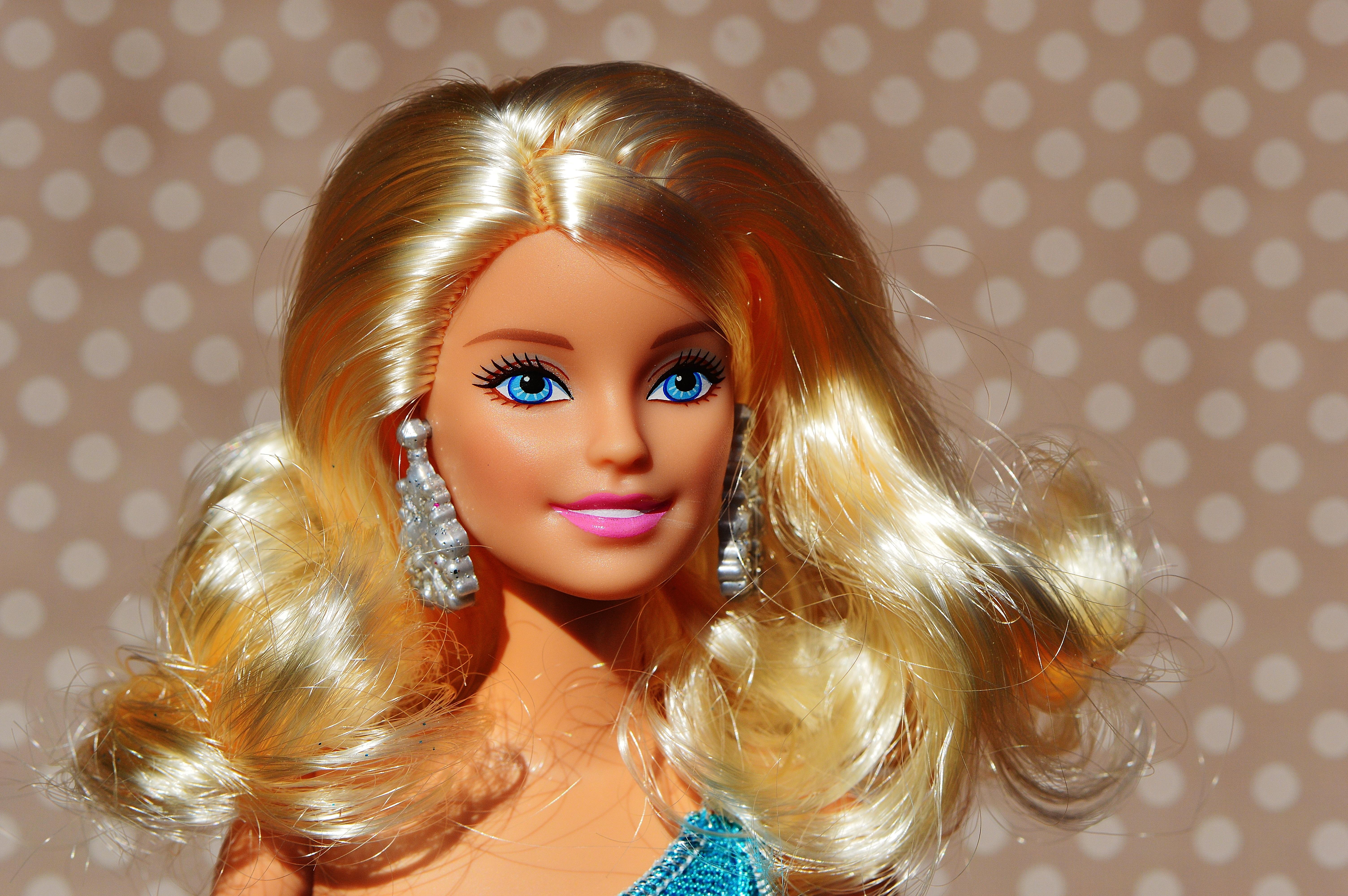 Joue de fille de coiffure