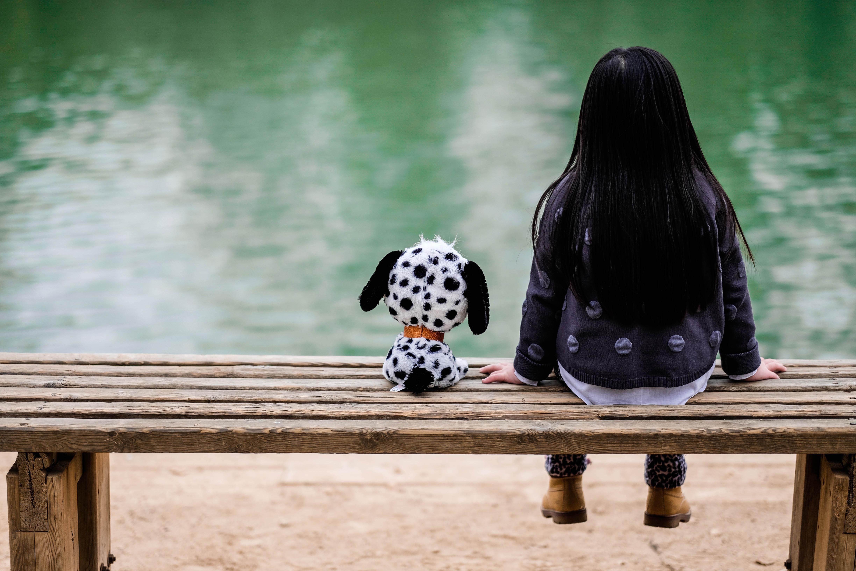 Fotoğraf Kız Göl Köpek Renk Siyah Düşünceli Oyuncak
