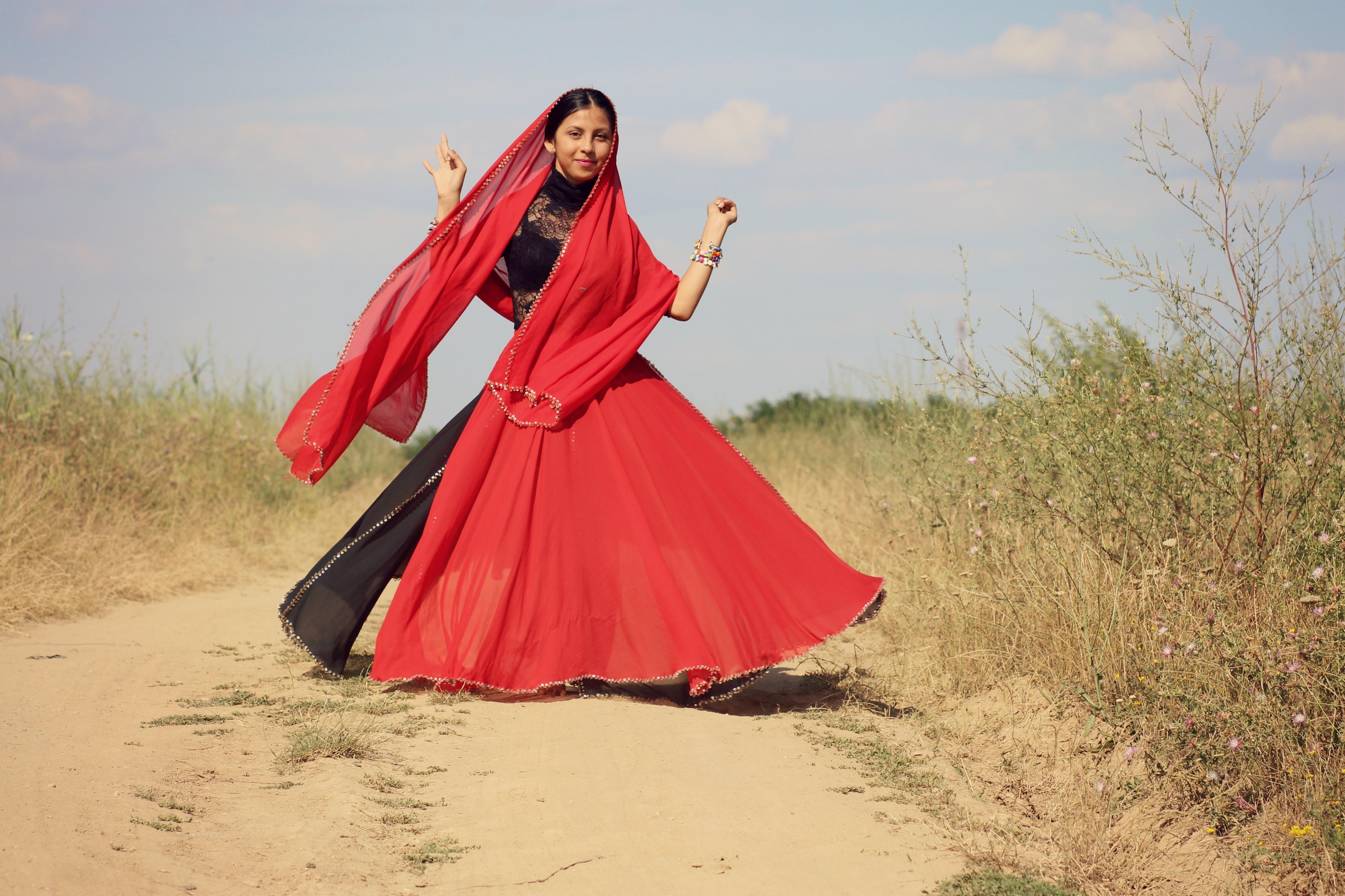 Kostenlose foto Mädchen Bewegung tanzen rot Kleid Sport