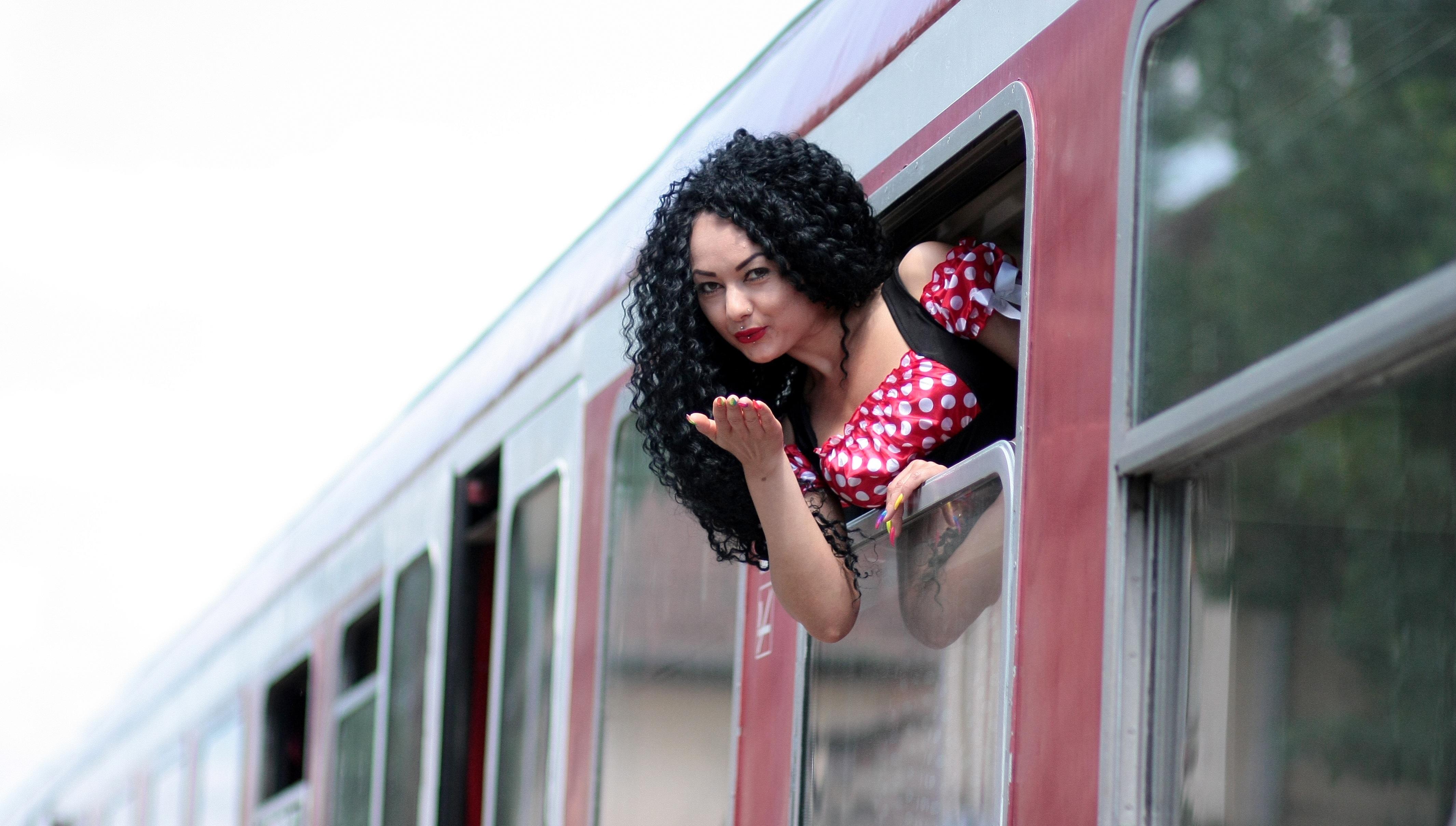 фото красивых девушек в поезде
