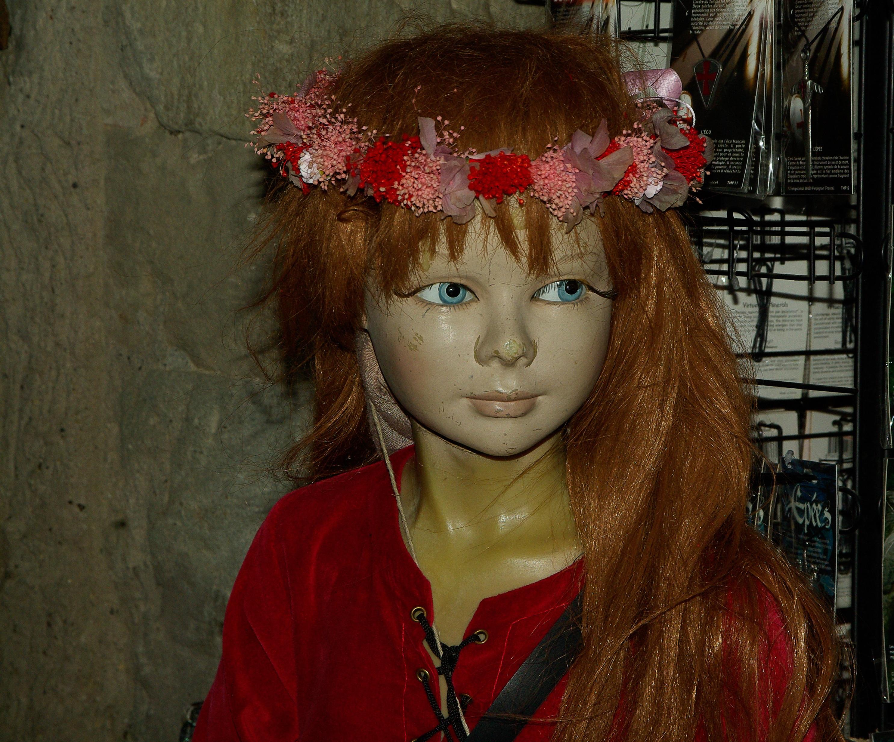 Fotos gratis : niña, rojo, color, ropa, dama, corona, maniquí, muñeca, vestir, ojo, cabeza ...
