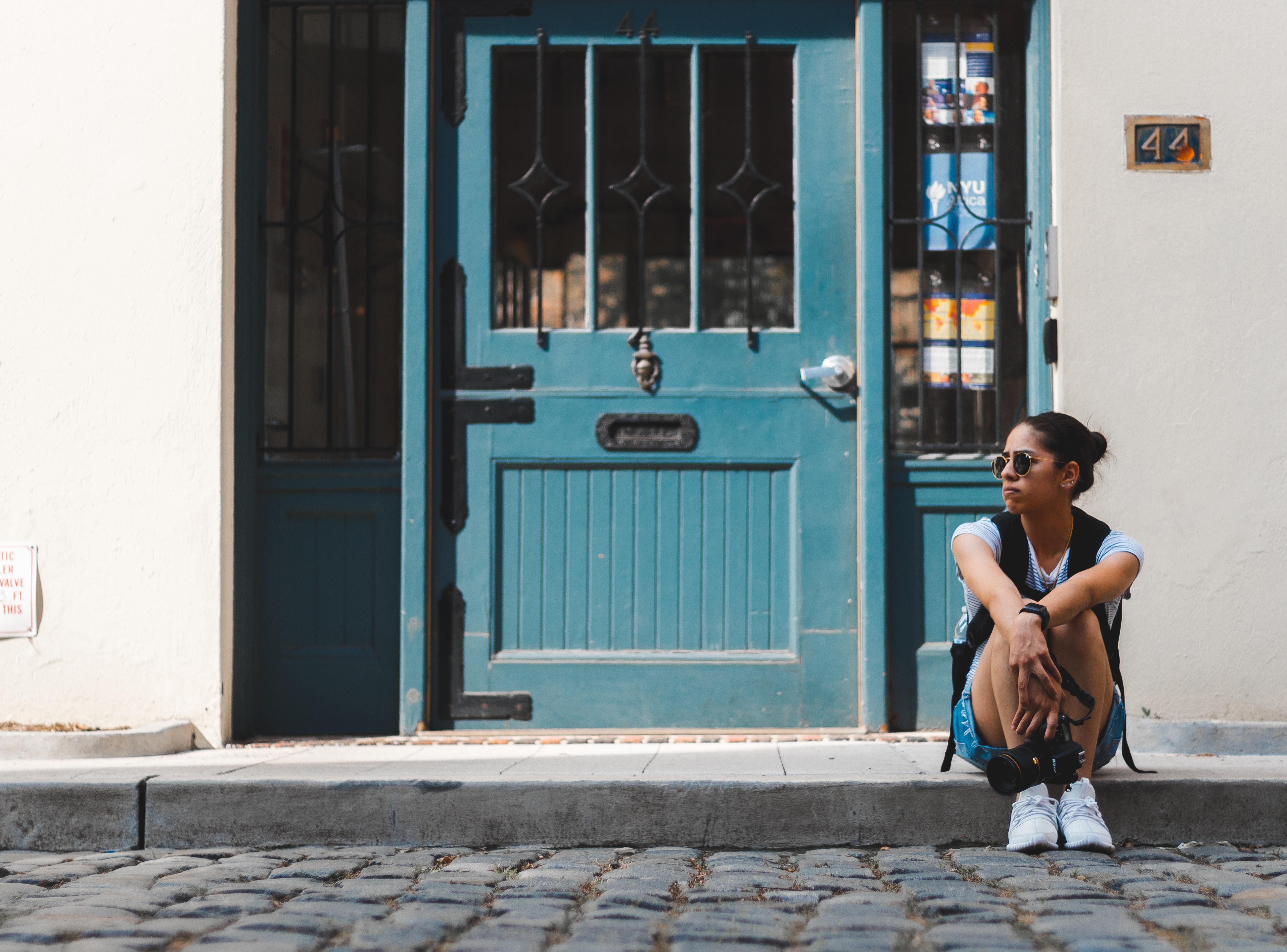 Картинка девушка и дверь закрой