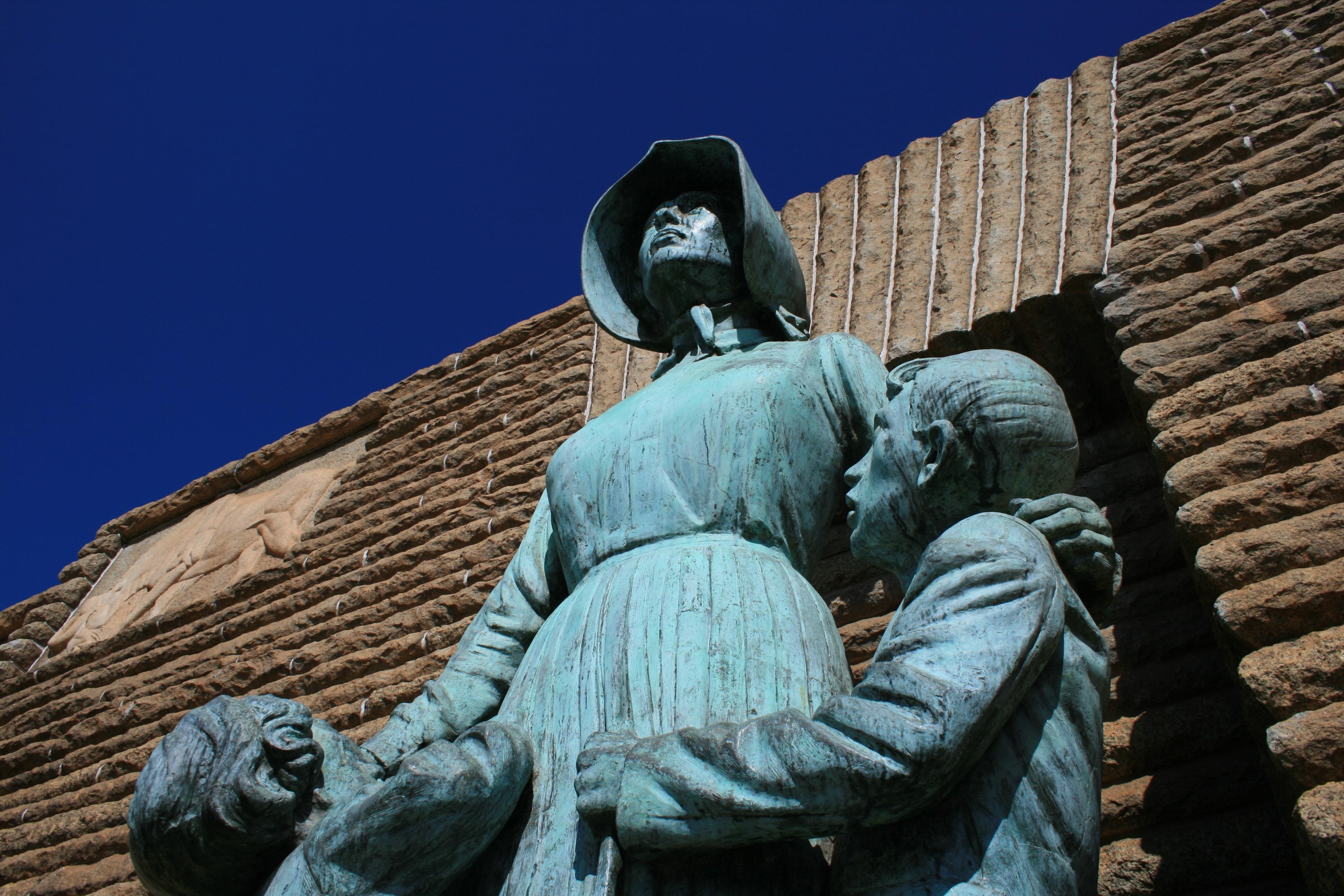 Статуя парень с девушкой