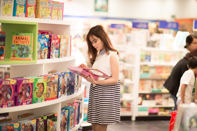 Mädchen Frau Gebäude Weiblich Porträt Modell  Jung Mode Einkaufen Zimmer  Dame Bibliothek Spielzeug Supermarkt Verkauf