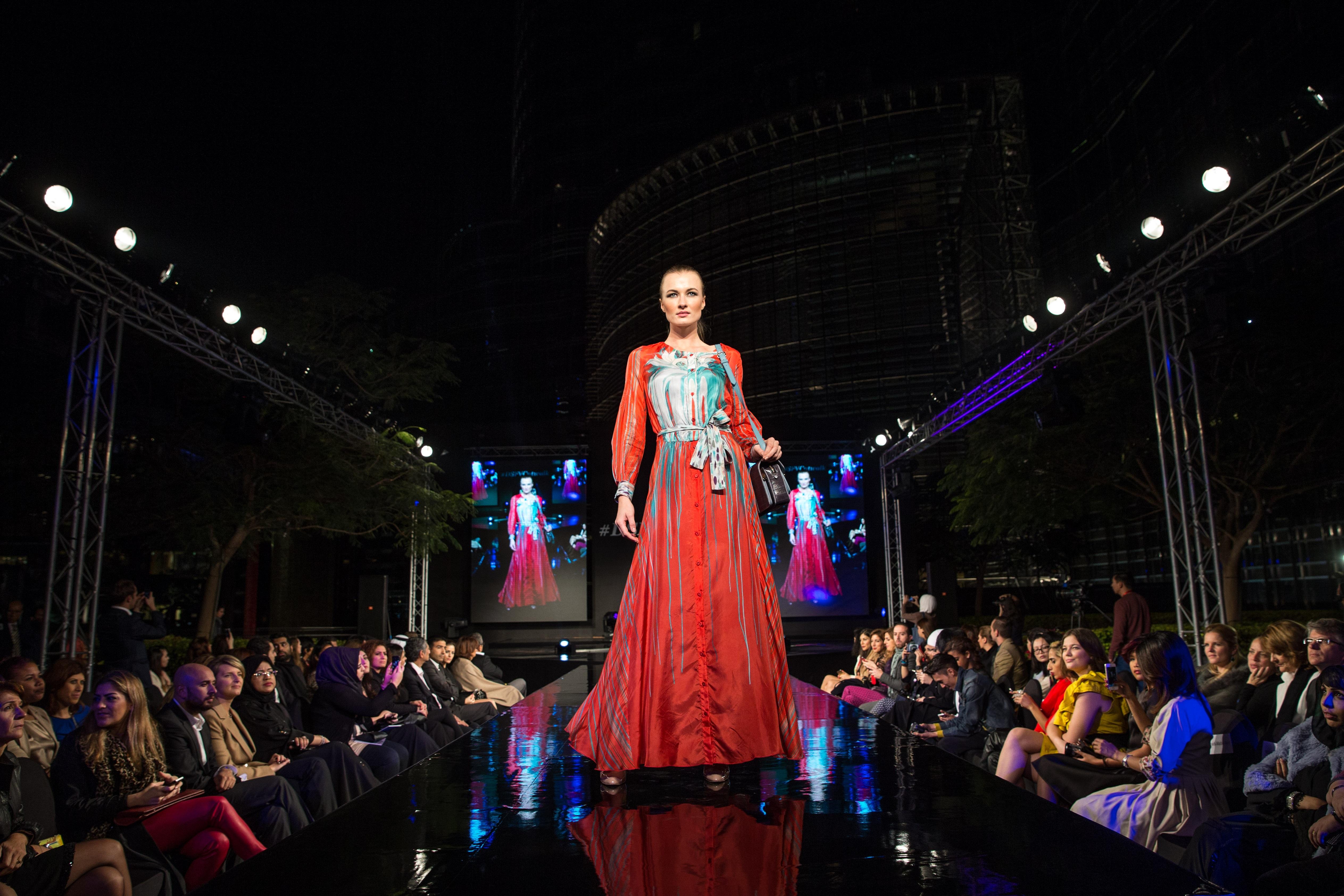 Девушку в платье толпа фото 184-137