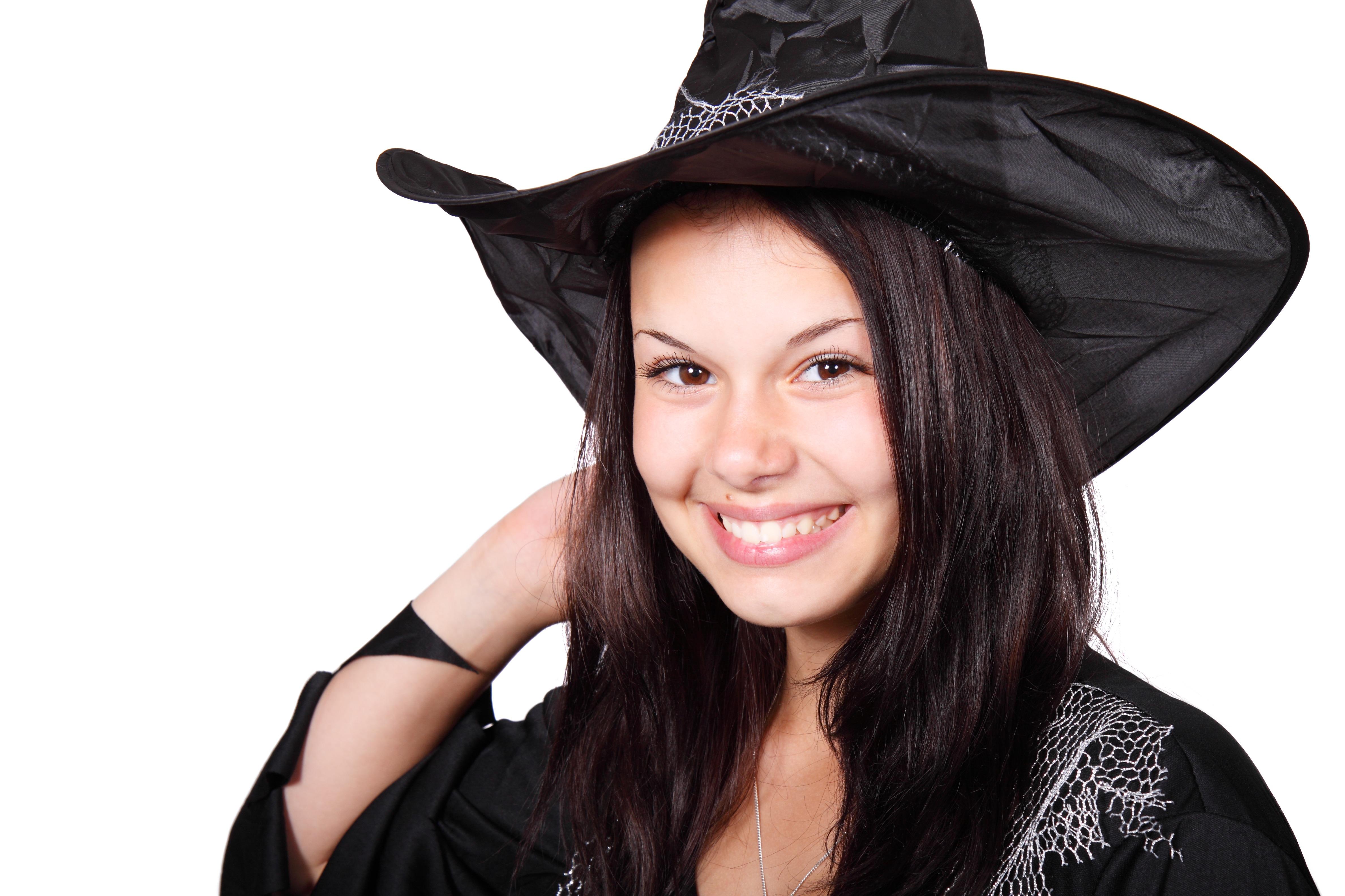 gadis wanita imut wanita muda halloween topi pakaian hitam penutup kepala tersenyum senang topi sihir tubuh