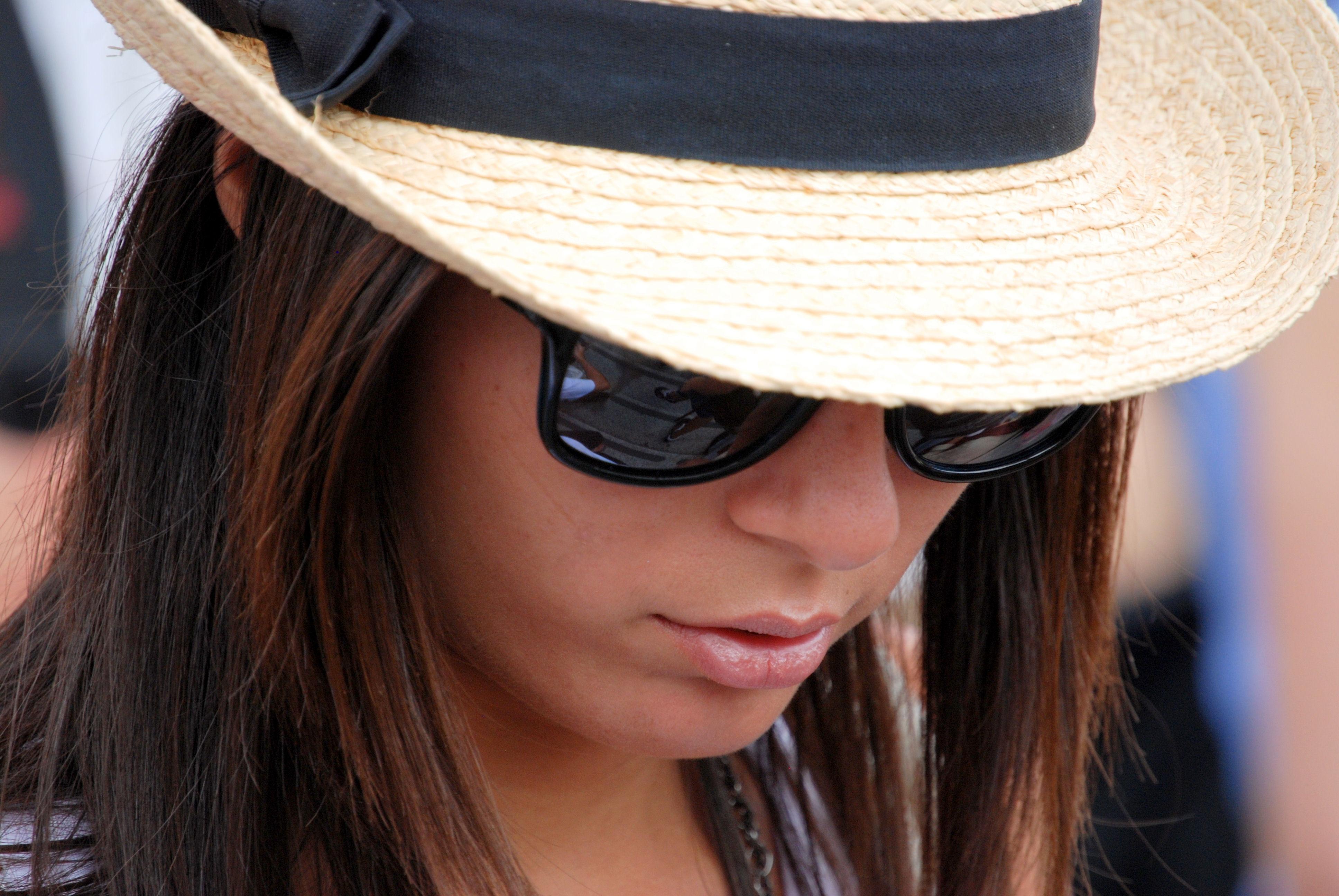 8368824d0d69 pige kvinde hår model hat mode tøj hovedbeklædning frisure langt hår  solbriller briller kasket hoved skønhed