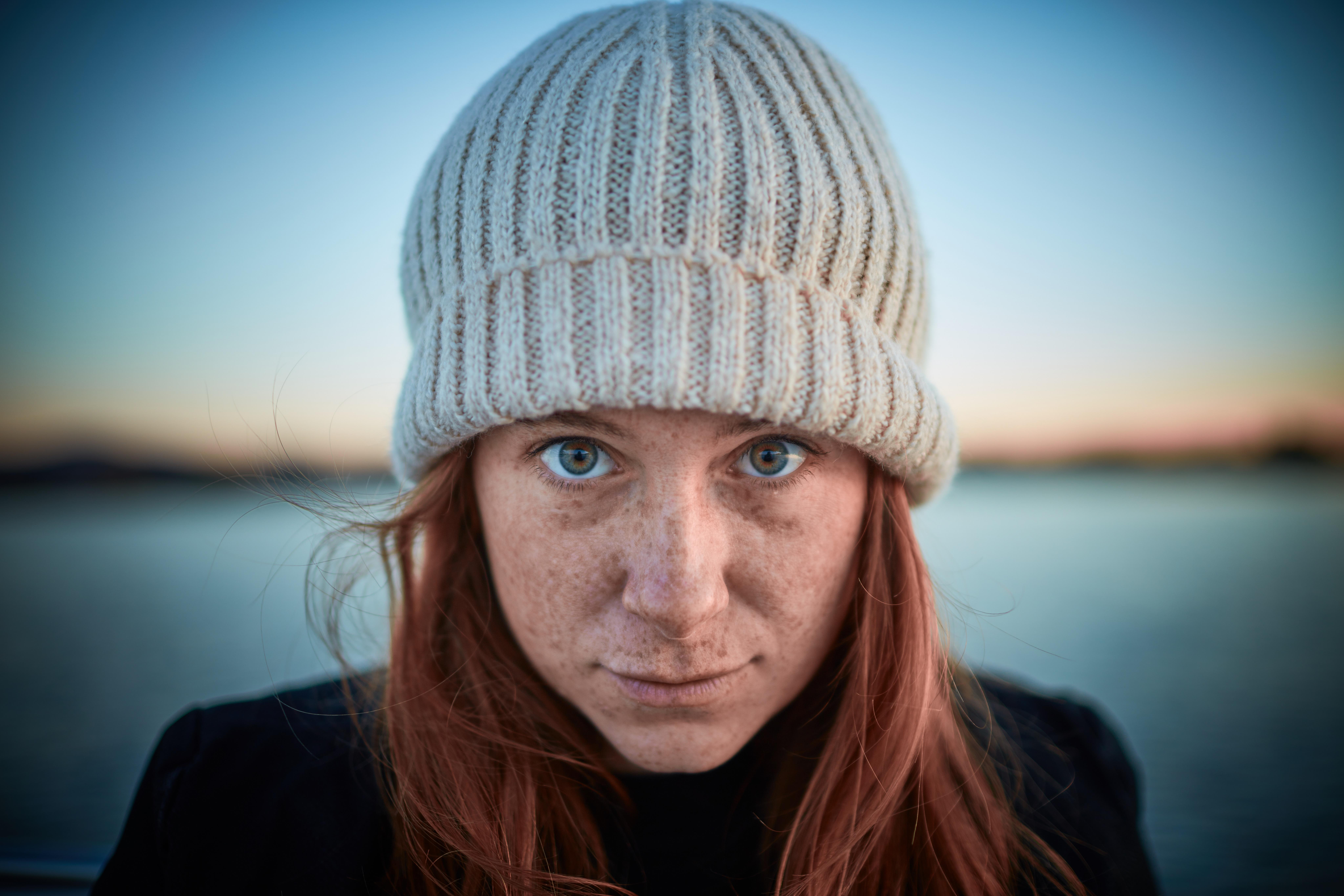 lány nő haj fényképezés női portré modell szín kalap kék ruházat hölgy  fejfedő mosoly micisapka arc 5fea9eca2b