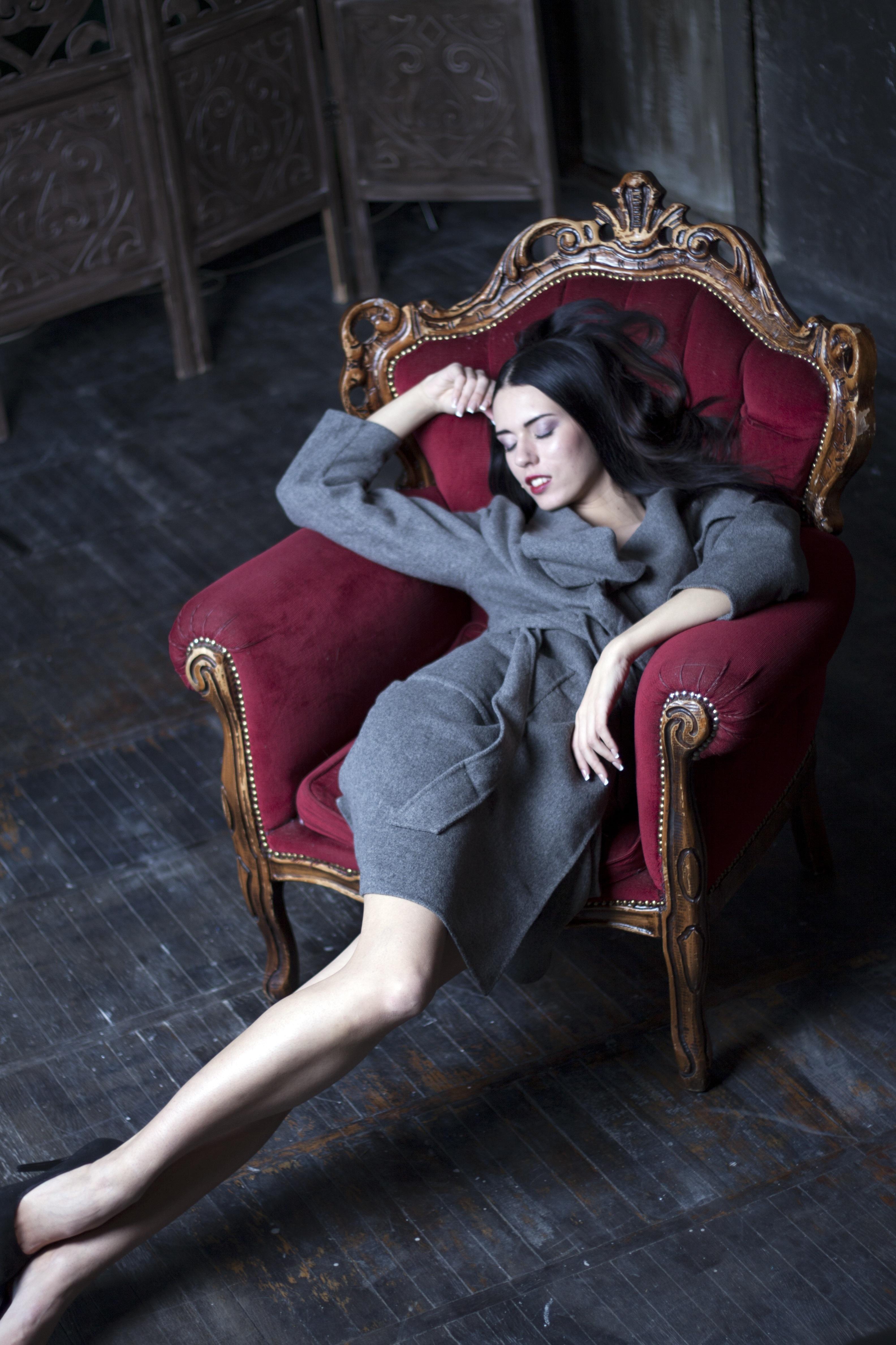 Фигуристой сисястой девушки в кресле ноги крупным планом фото разных