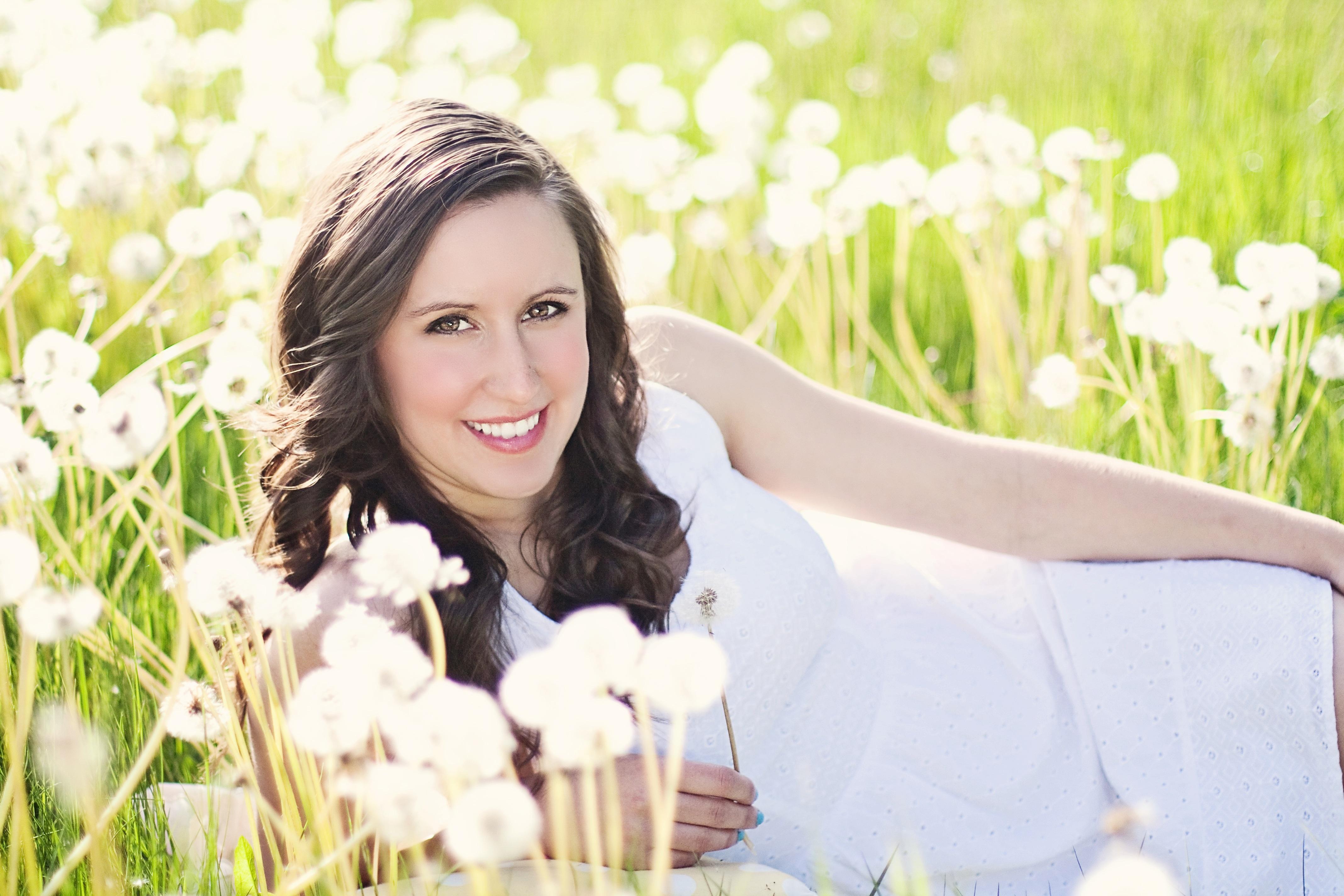 ea634d4e6 niña mujer fotografía prado flor verano joven primavera romance novia  soleado ceremonia contento fotografía Dientes de
